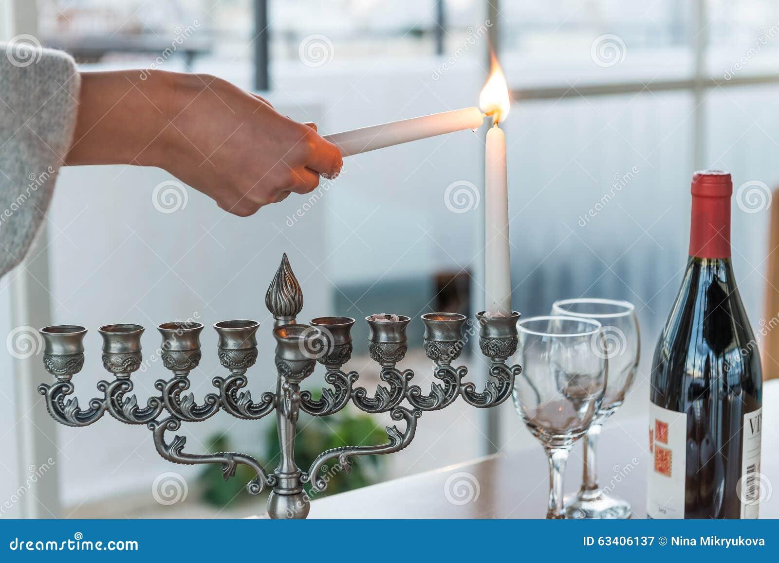 Iluminação das velas para o feriado do Hanukkah