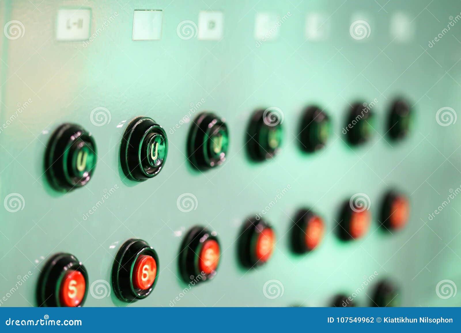 Ilumina técnicos controlam o estúdio Misturador claro profissional