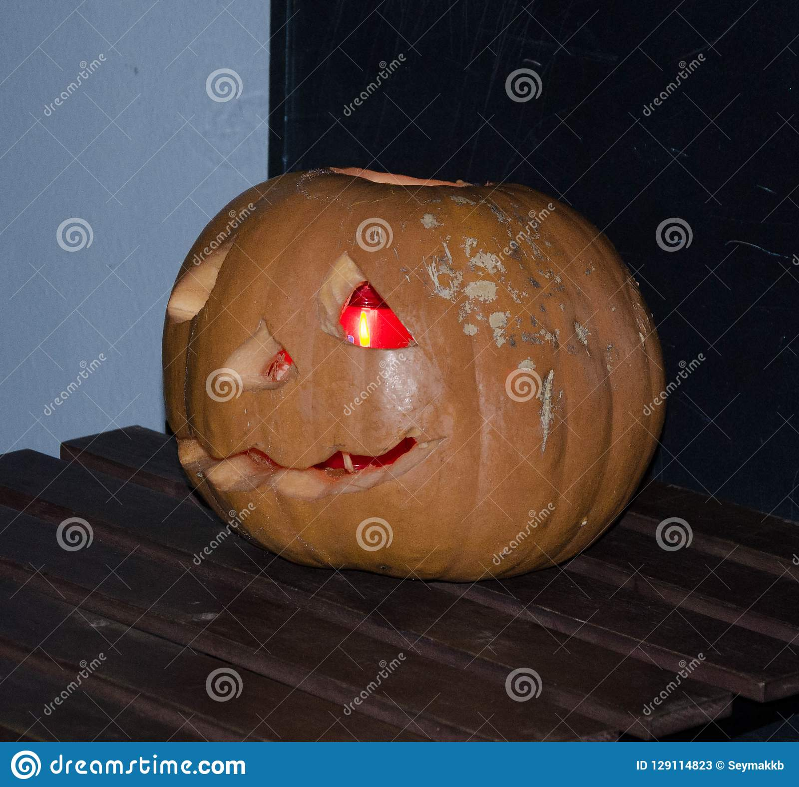 Iluminación de la calabaza para el partido de Halloween