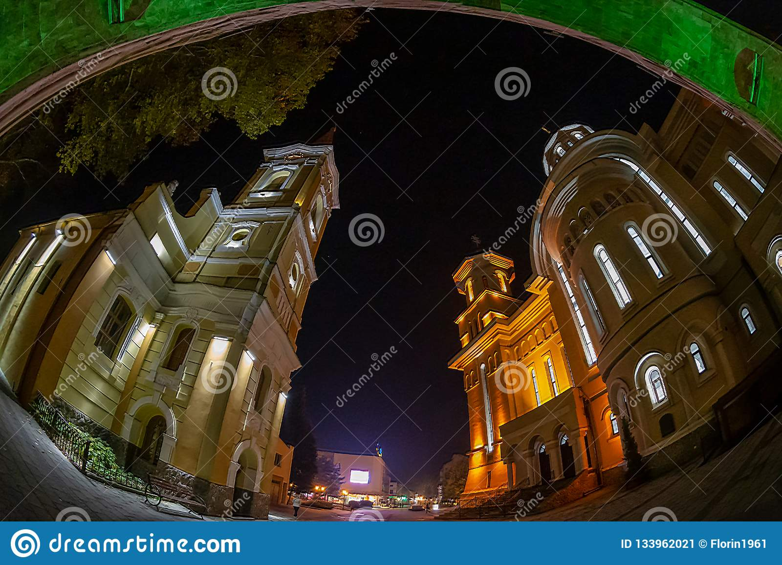 Iluminación de la noche con el arco de la reconciliación, Caransebes, Roma