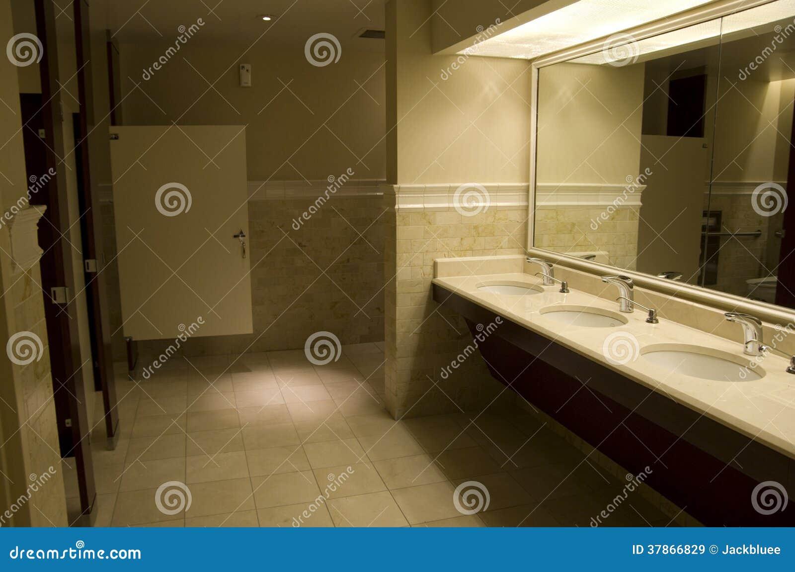 Iluminacion Para Un Baño:Interiores e iluminación de un cuarto de baño público