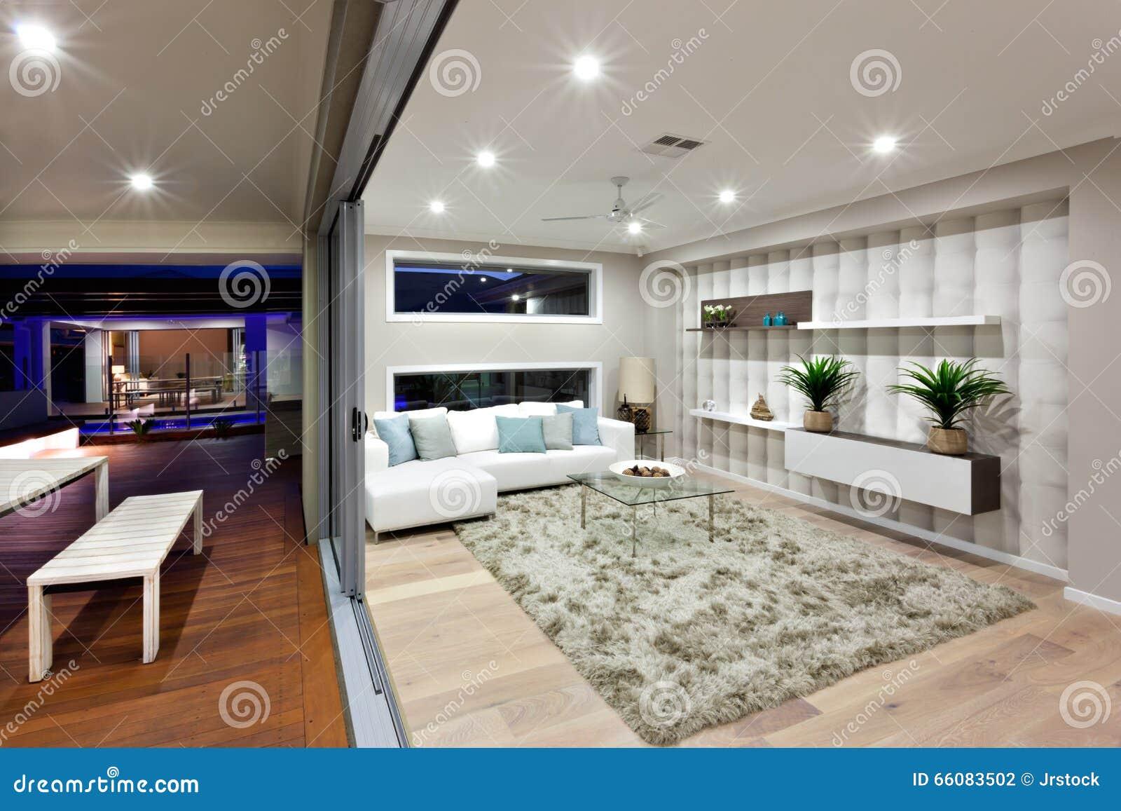 Iluminaci n moderna de la sala de estar con la decoraci n for Sala de estar noche