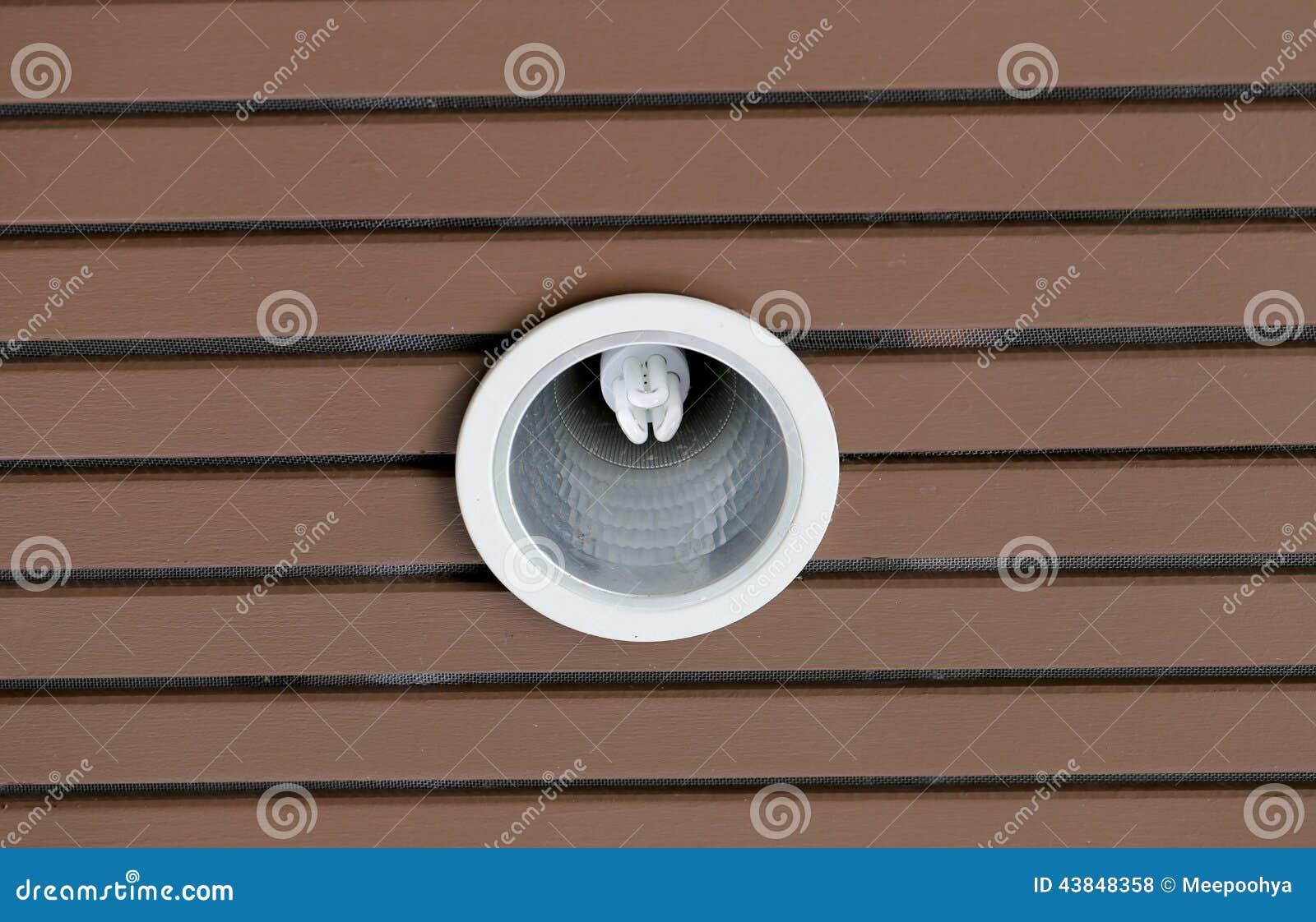 Iluminaci n en techo de madera marr n en casa foto de - Iluminacion de techo ...