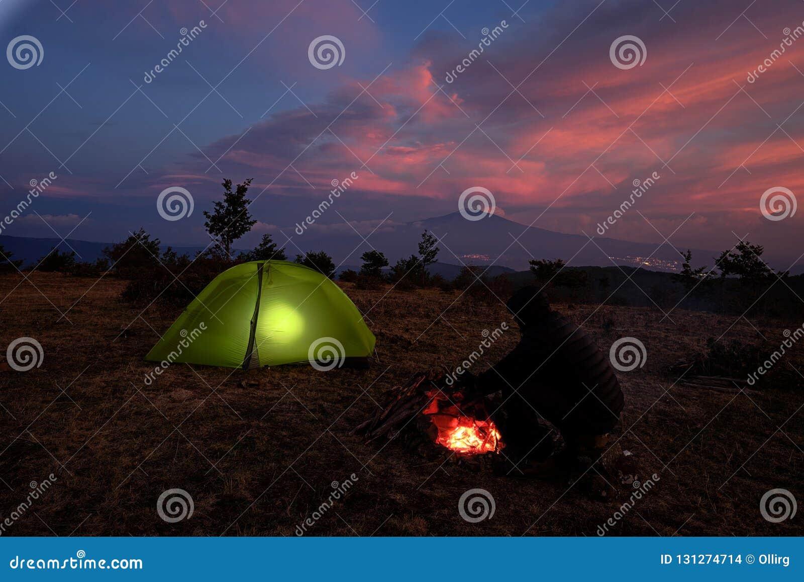 Iluminando a barraca e a Volcano Etna At Twilight, Sicília