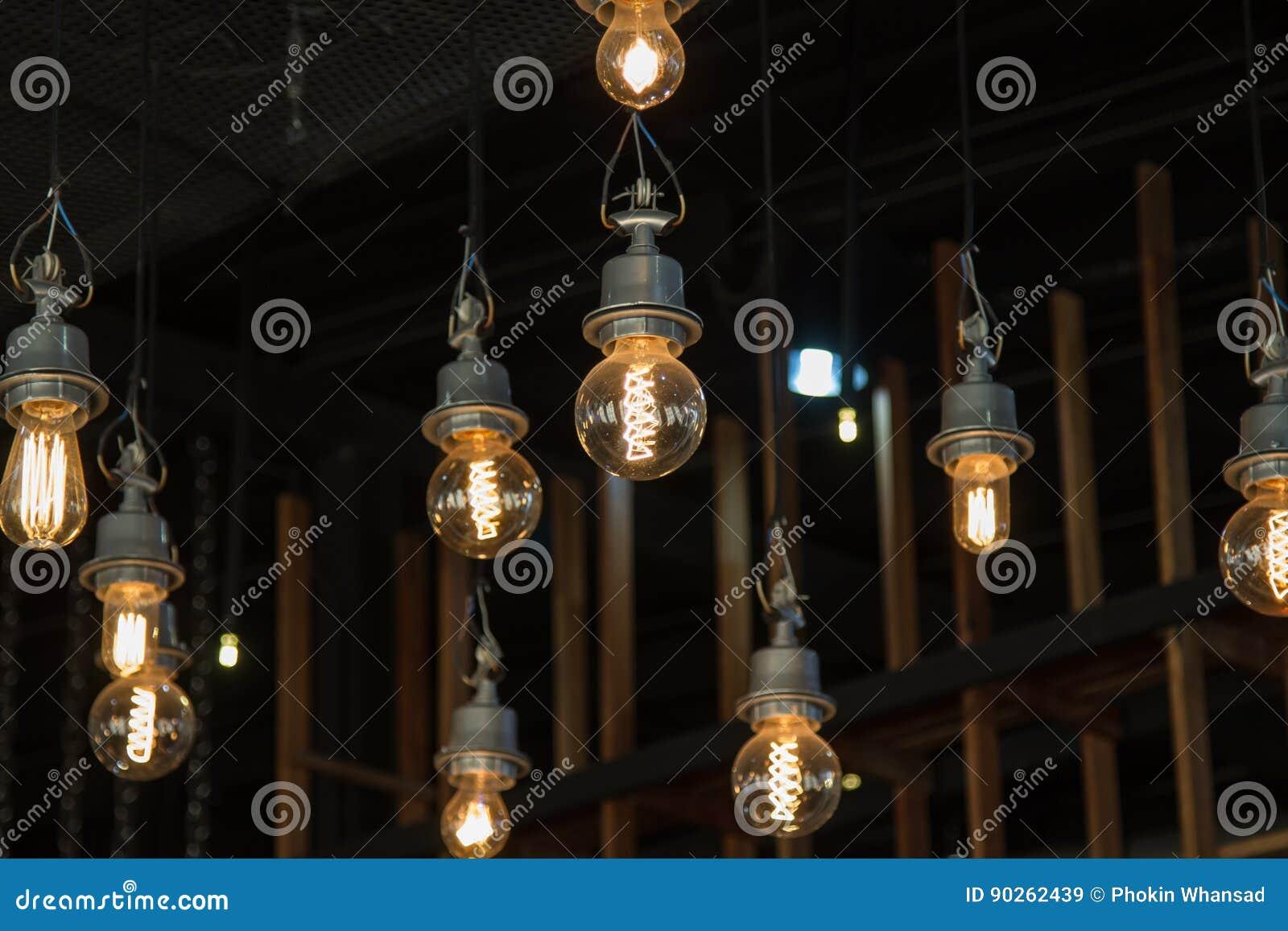 Iluminando-se no candelabro na luz de lâmpada, suspensão das ampolas
