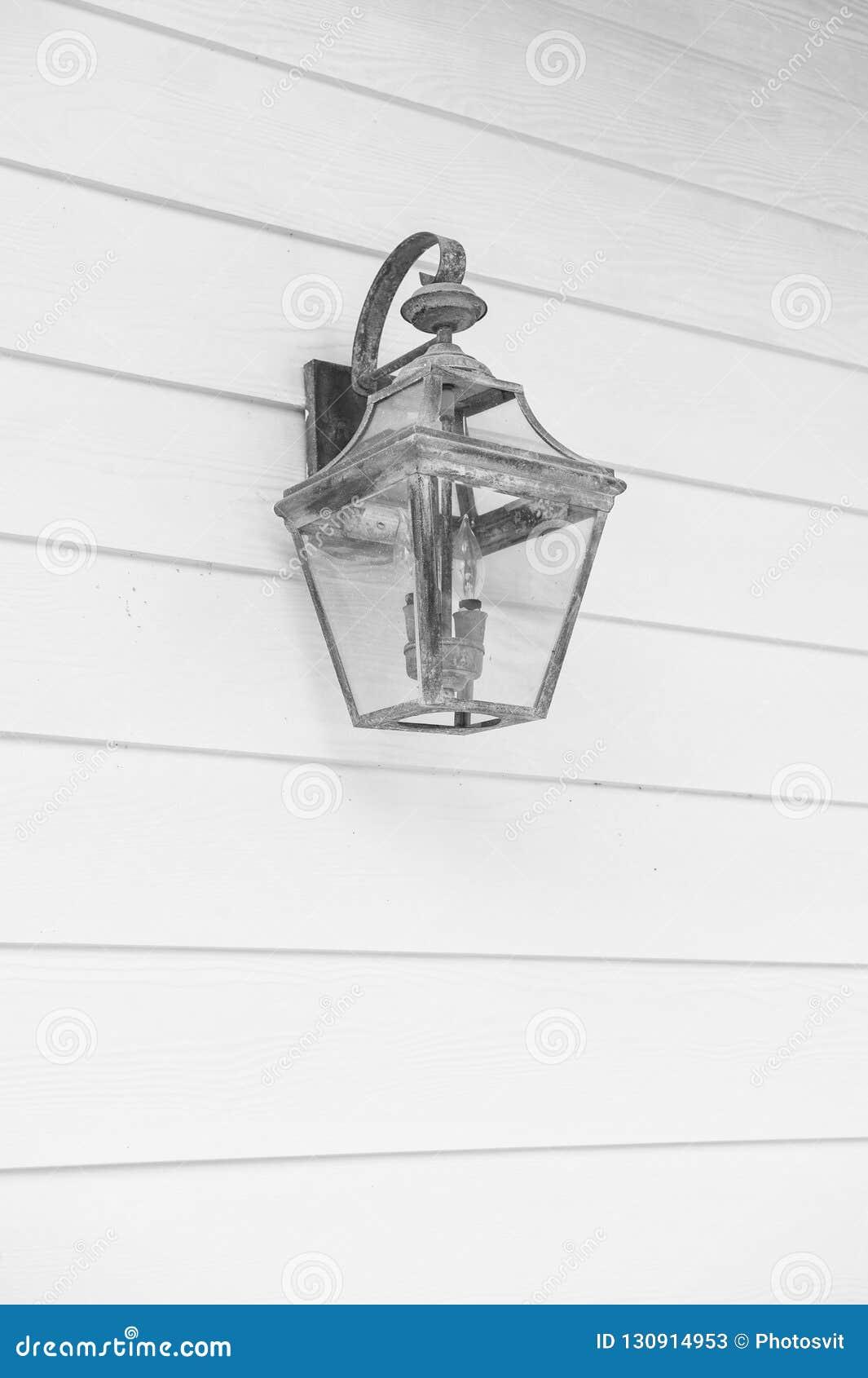 Iluminazione pubblica Retro lampione d annata sulla parete di legno del turchese La vecchia lanterna di rame con patina sembra an