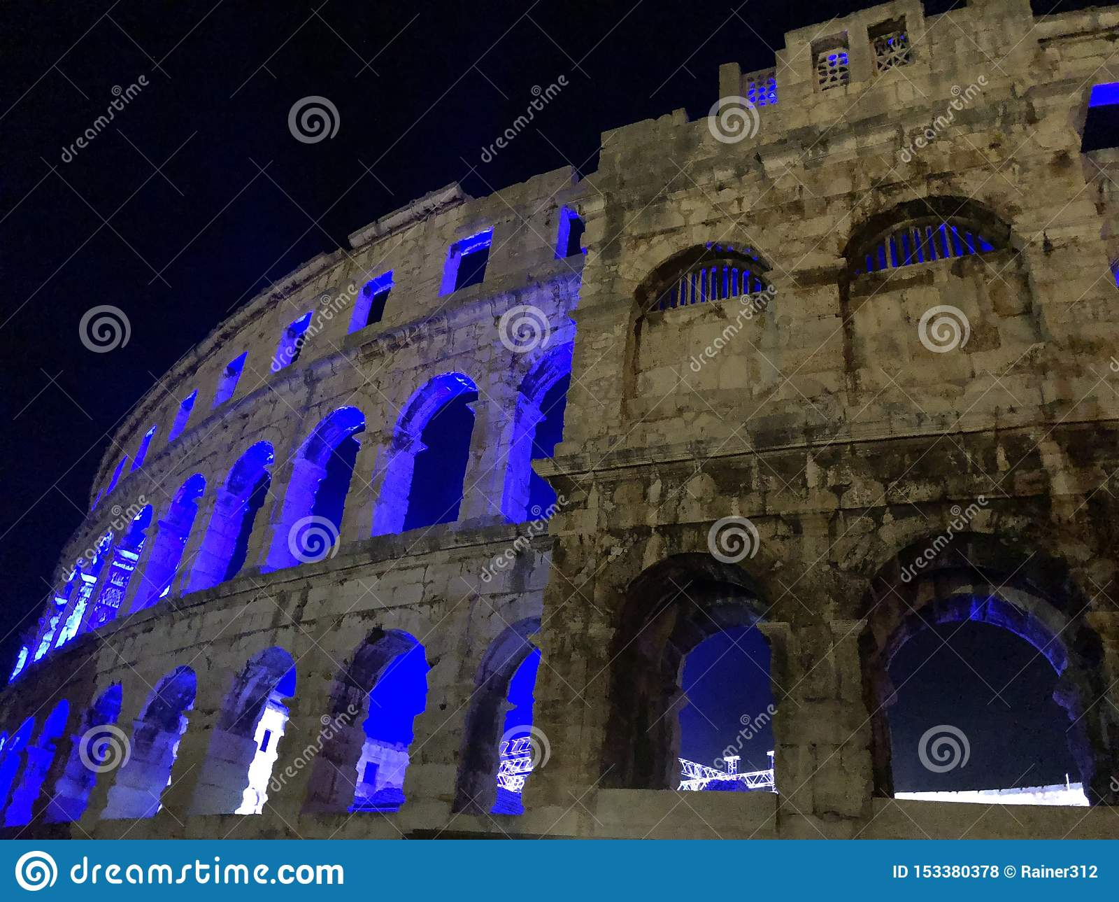 Iluminująca amphitheatre ruina w Pula, Chorwacja/