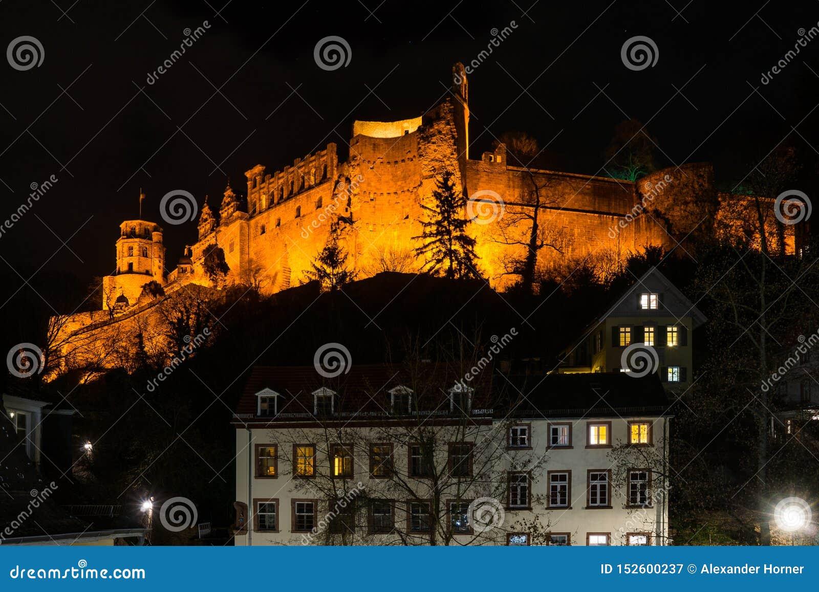 Iluminujący Heidelberg kasztel na szczycie przy nocą