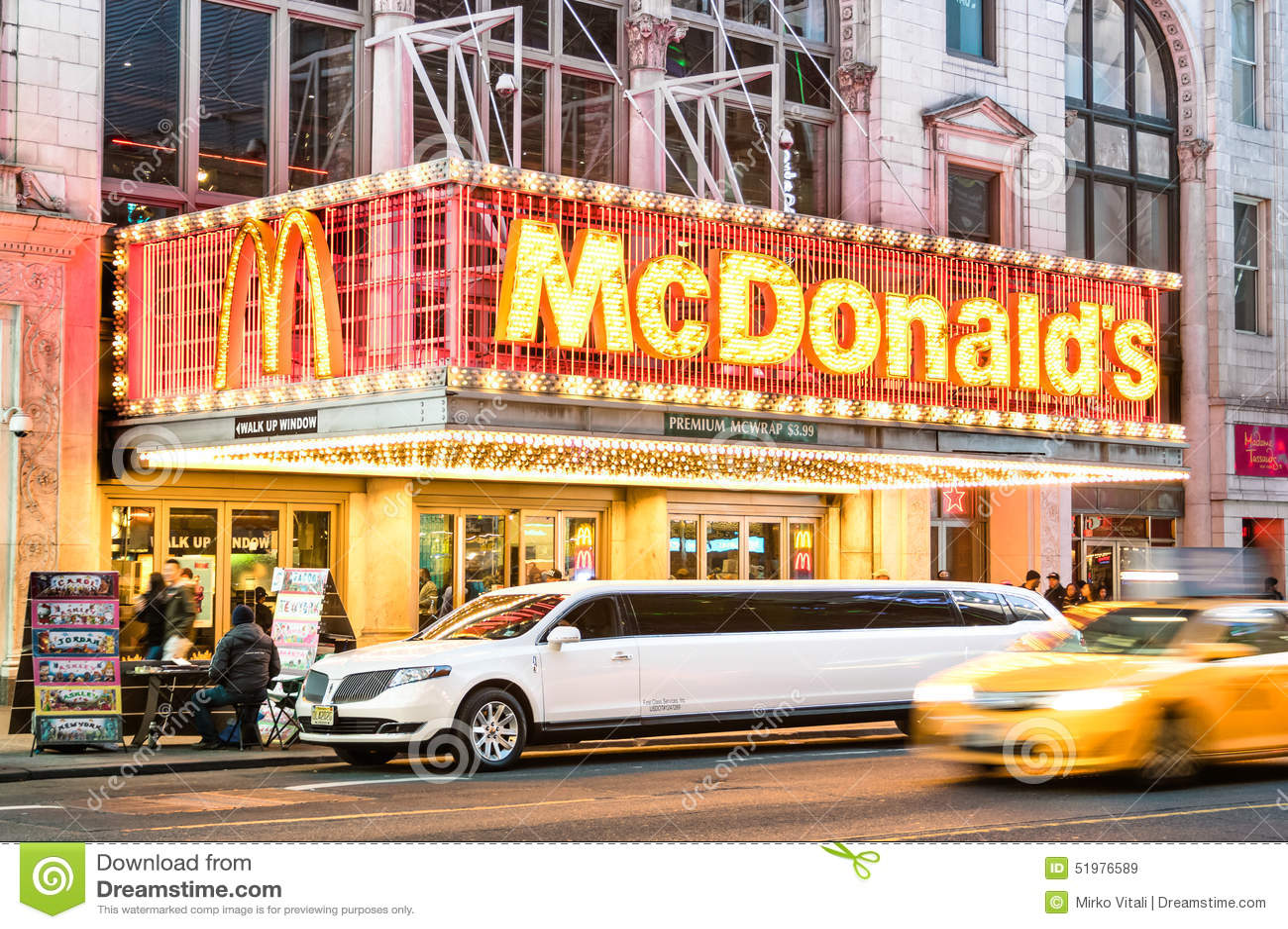 Iluminujący neonowy znak hamburgeru łańcuch Mc Donalds na 42nd ulicie w Manhattan