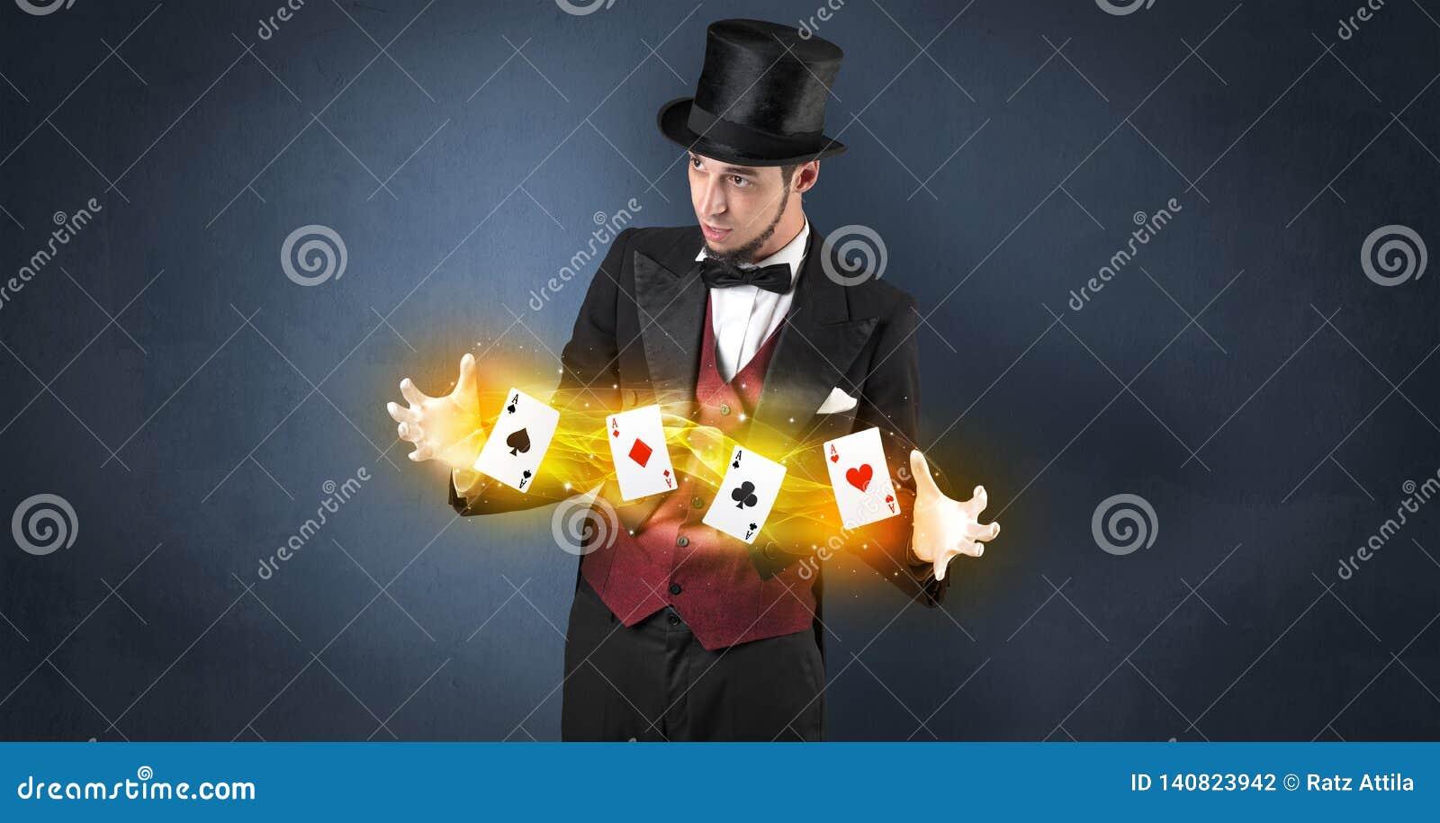 Ilusionista que faz o truque com os cartões mágicos do jogo