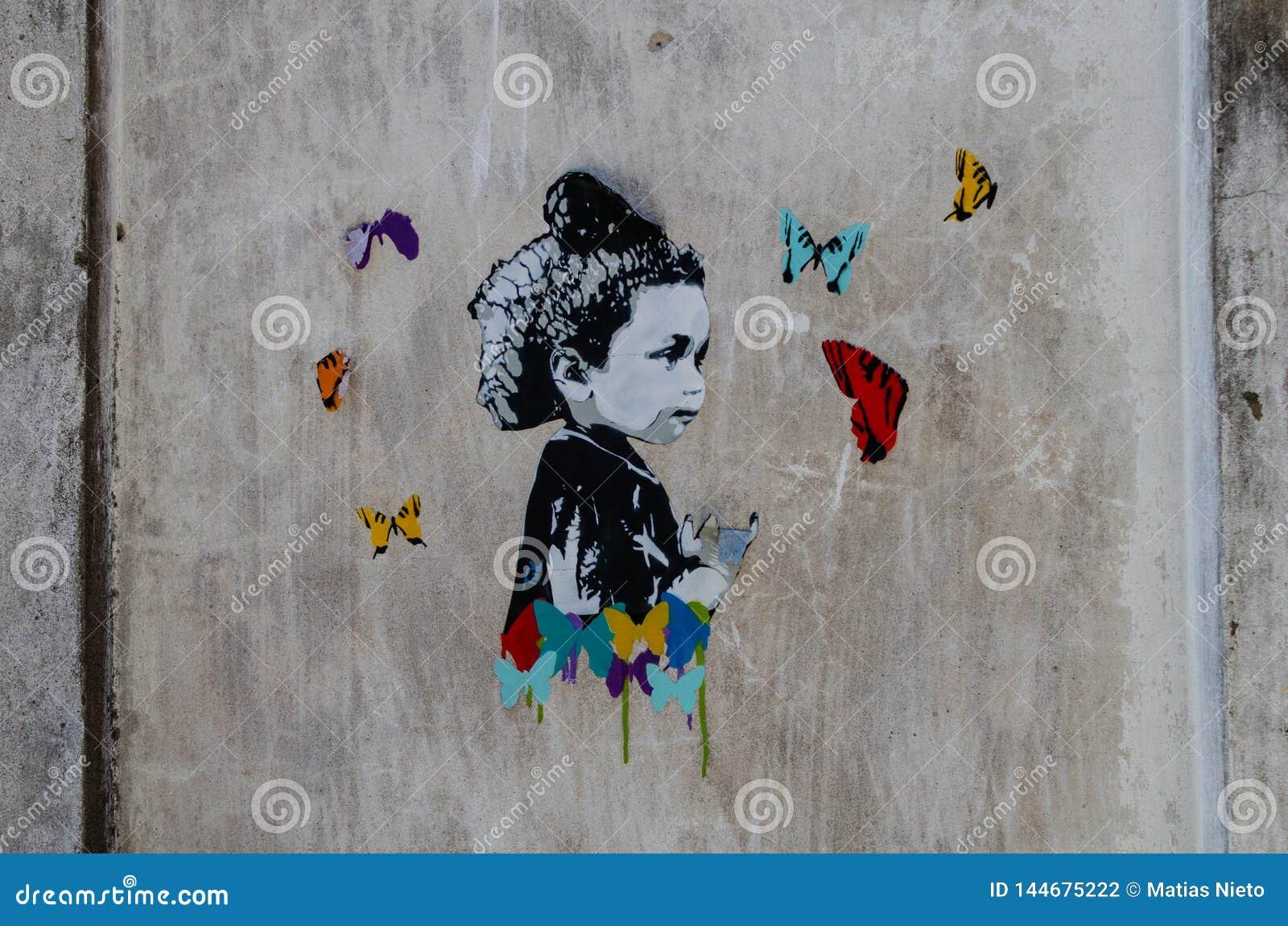 Ilustraciones en una pared dentro de un edificio abandonado