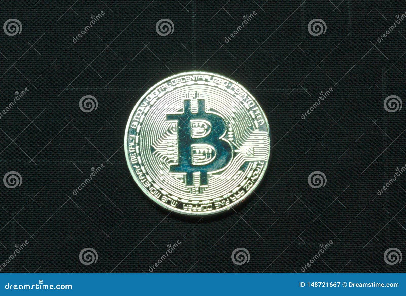 Ilver-bitcoin Münze auf schwarzem Hintergrund