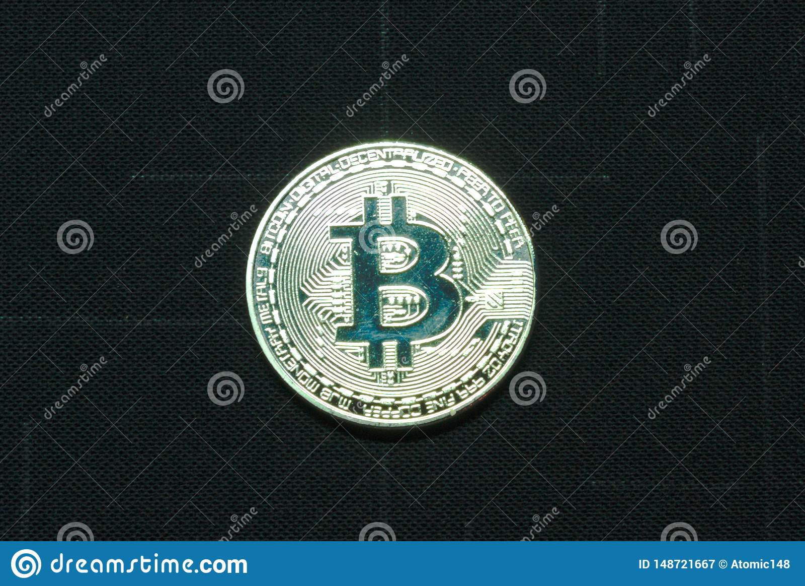 Ilver bitcoin muntstuk op zwarte achtergrond