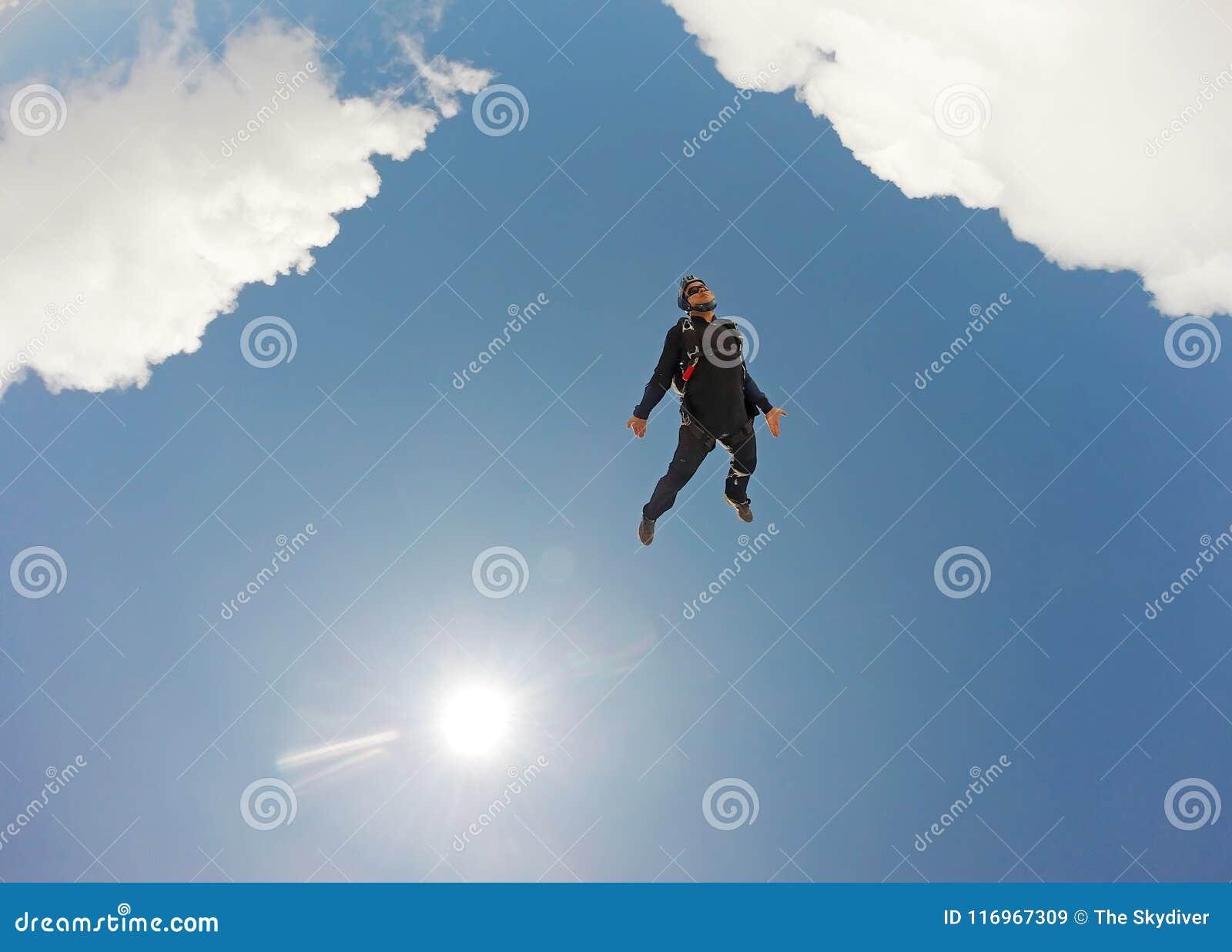 Im freien Fall springen des Tandemwolkentages