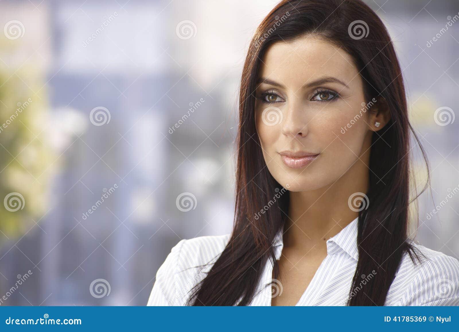 Im Freienportrait der attraktiven Frau