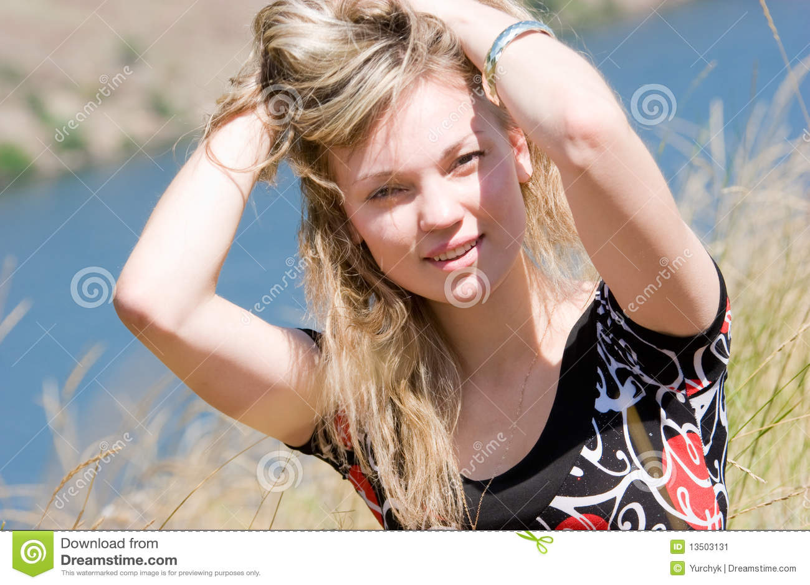 Im Freienportrait der jungen Frau