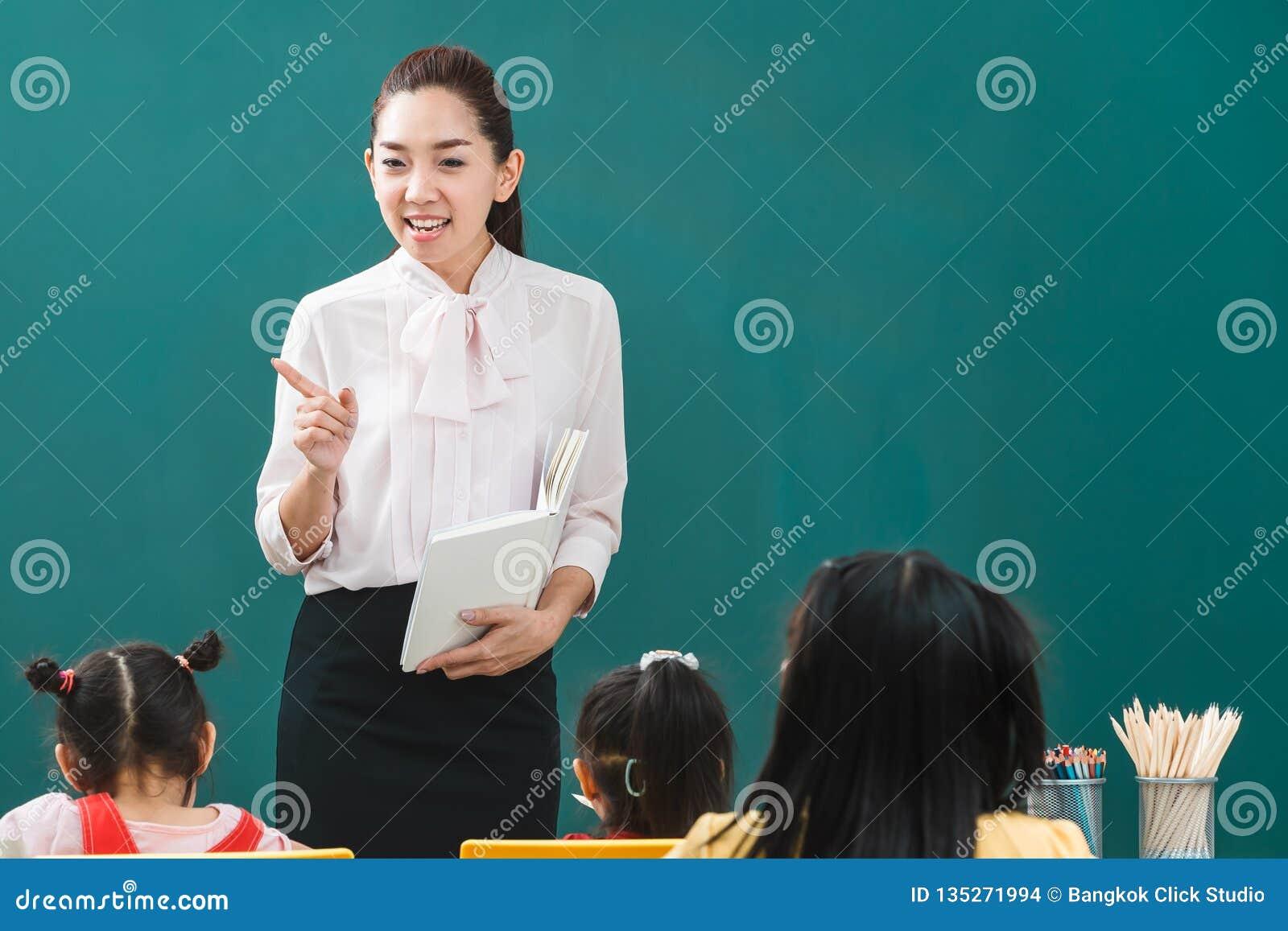 Im Klassenzimmer unterrichtet asiatischer Lehrer Studenten