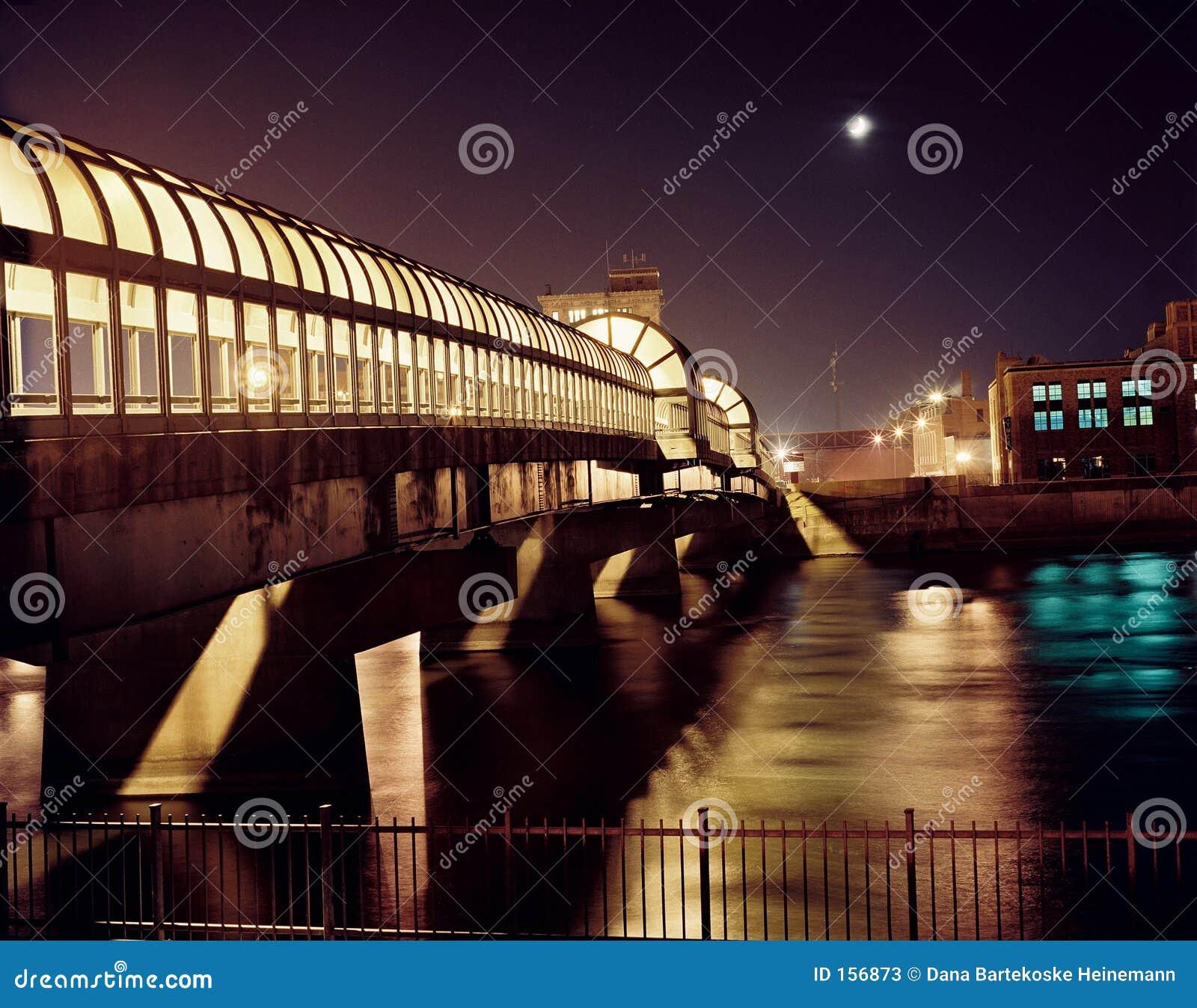 Im Stadtzentrum gelegene Brücke nachts