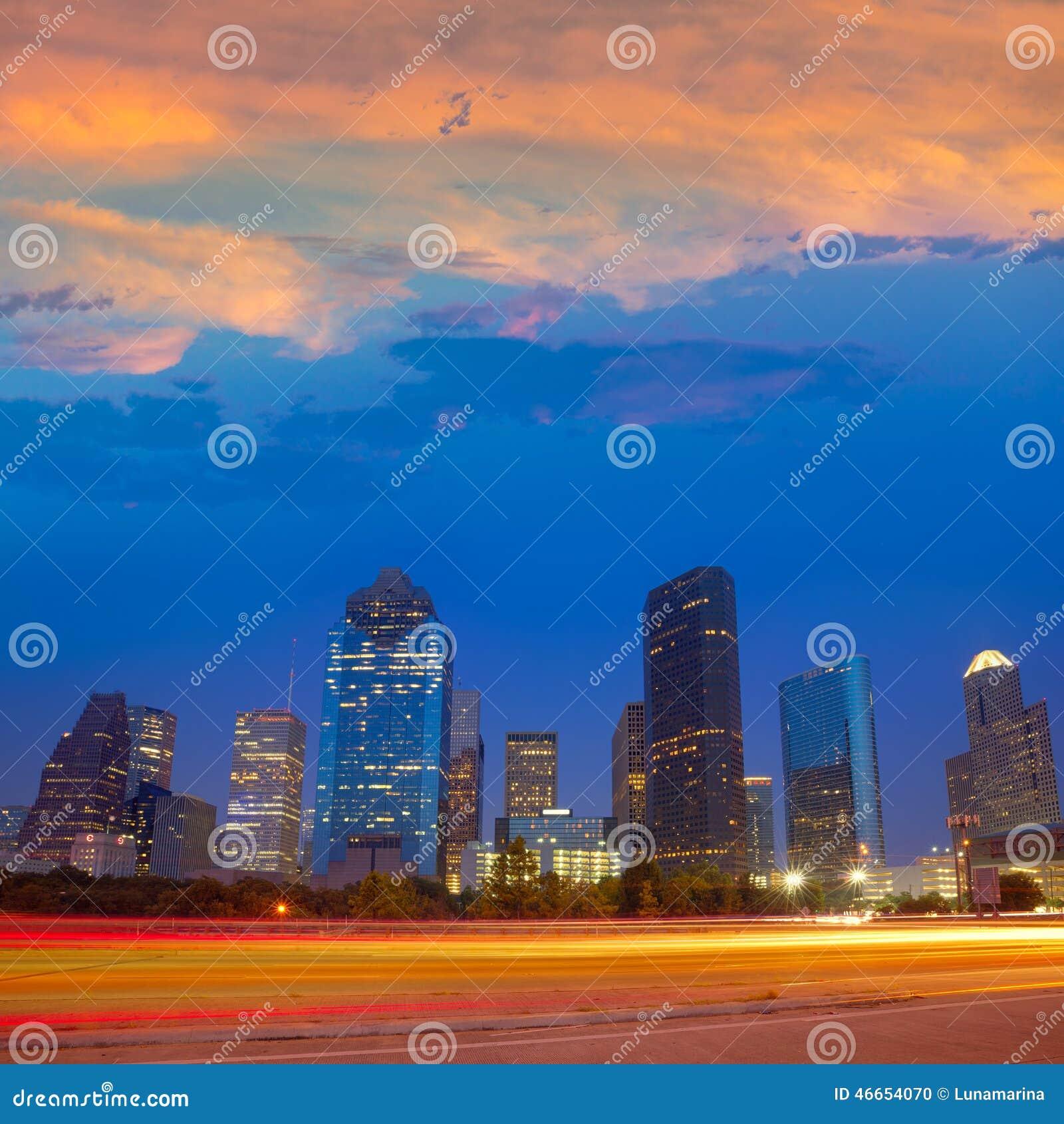 Im Stadtzentrum gelegene Skyline Houstons an der Sonnenuntergangdämmerung Texas