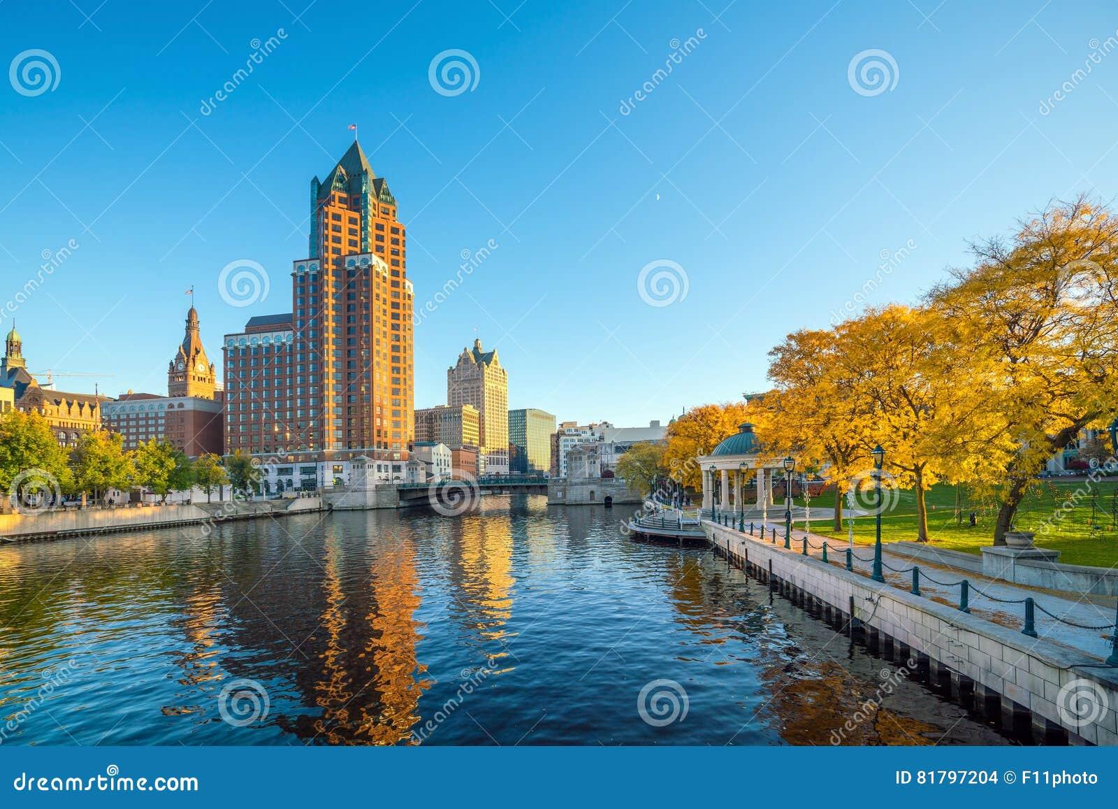 Im Stadtzentrum gelegene Skyline mit Gebäuden entlang dem Milwaukee-Fluss
