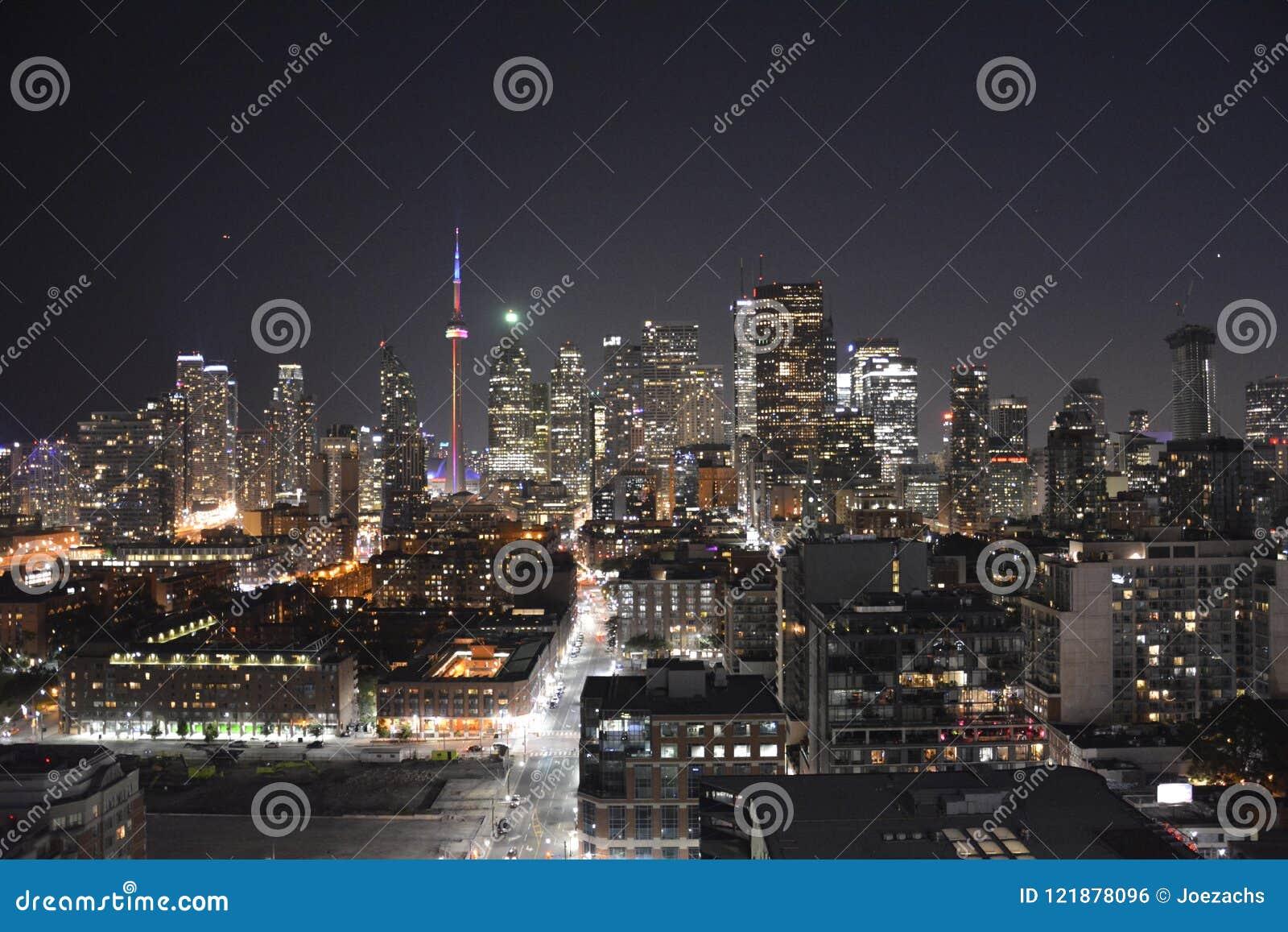 Im Stadtzentrum gelegene Skyline Torontos in der Nacht