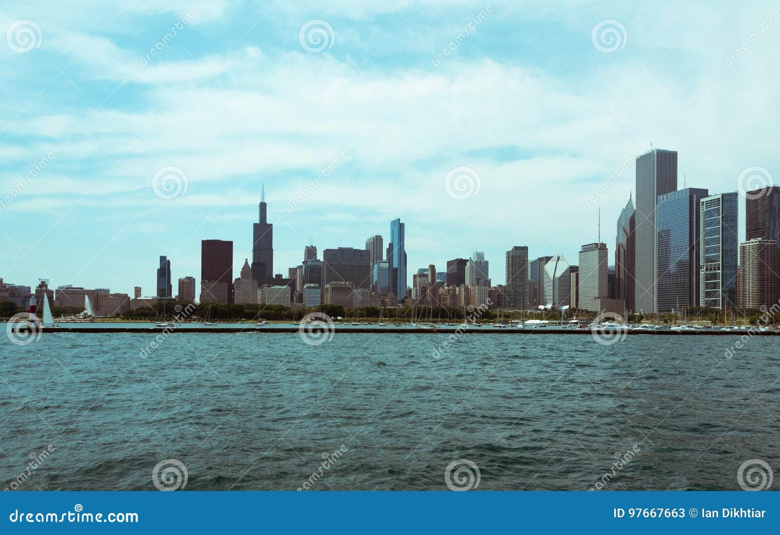 Im Stadtzentrum gelegene Skylineansicht Chicagos von einem Boot