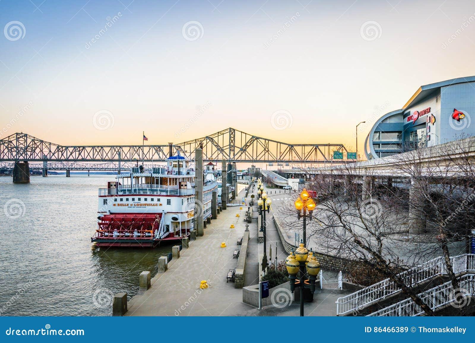 Im Stadtzentrum gelegener Flussufer Louisvilles Kentucky