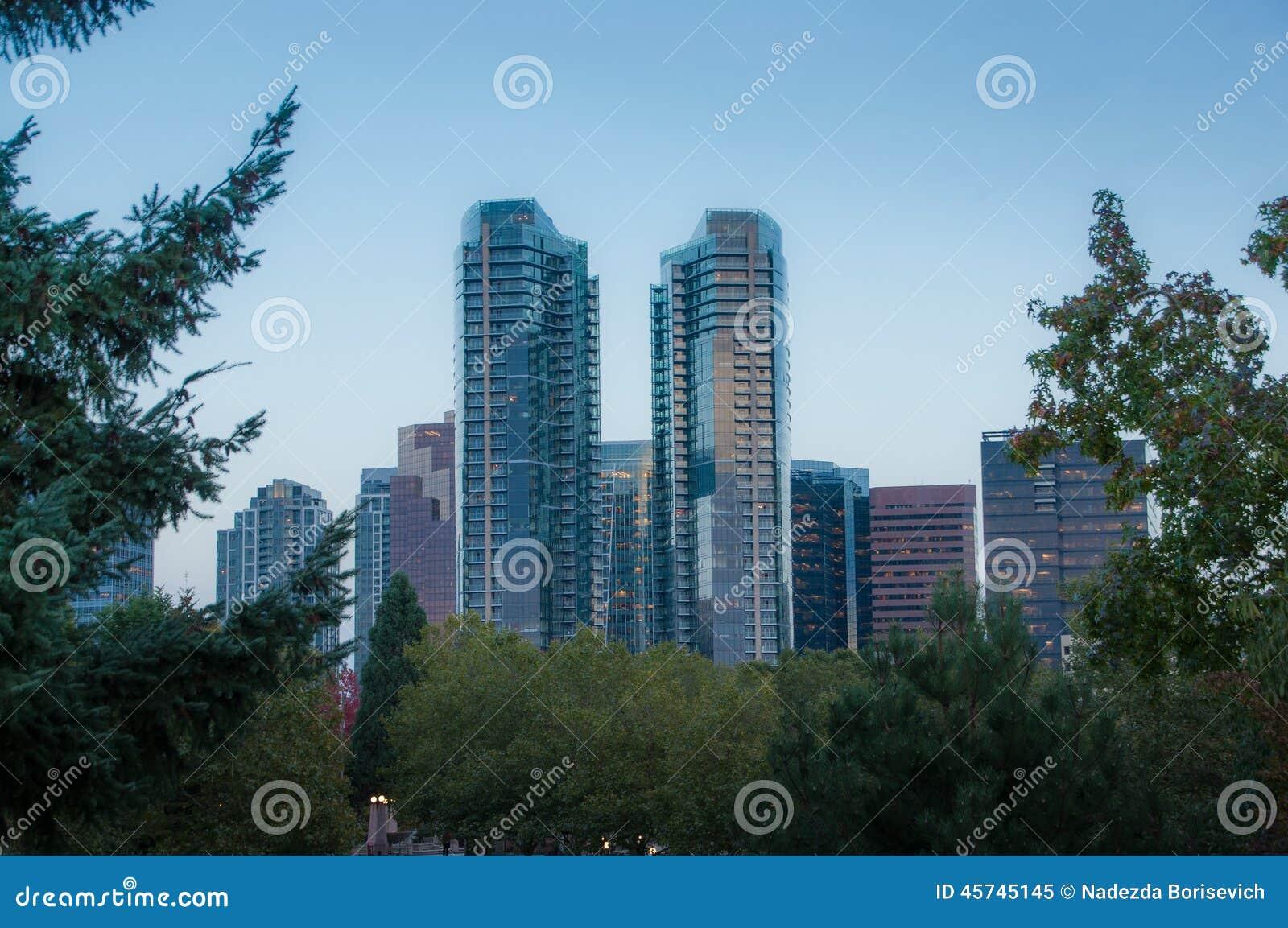 Im Stadtzentrum gelegener Park Bellevue am Abend