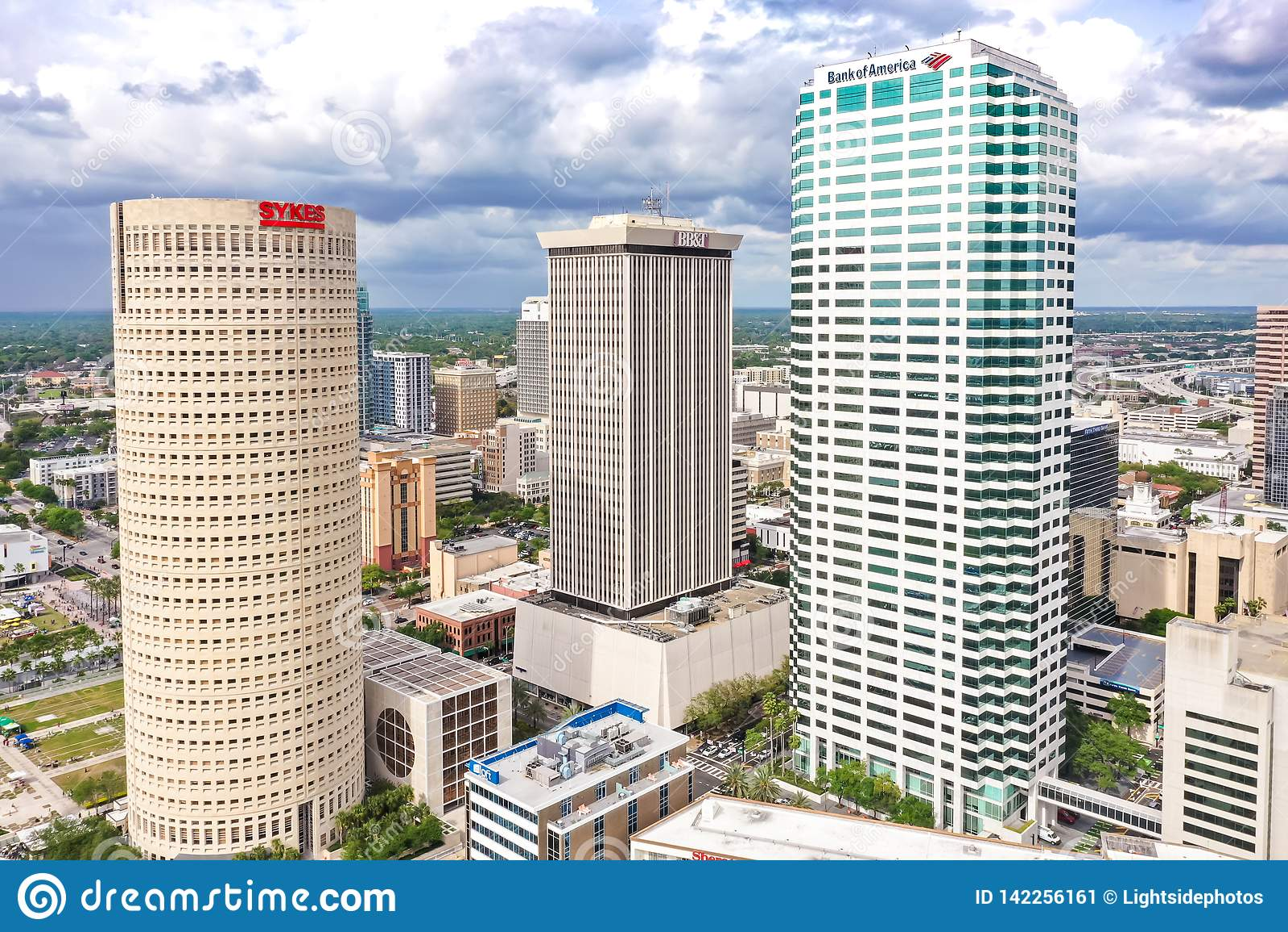 Im Stadtzentrum gelegener Skyline-Wolkenkratzer-Luftfoto Tampas, Florida