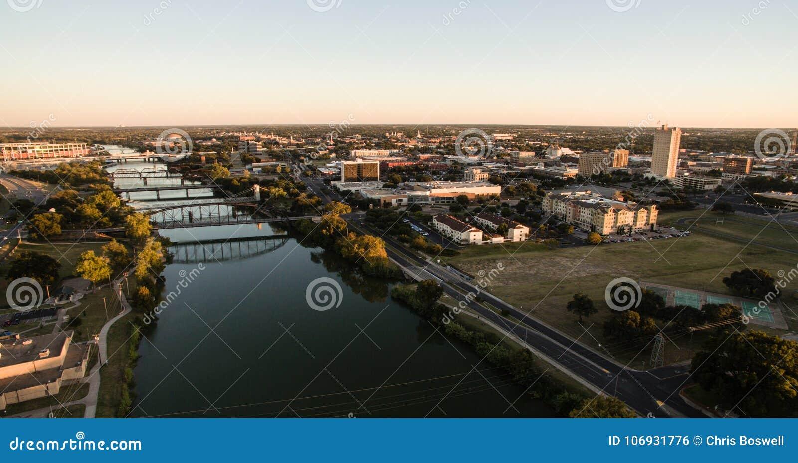 Im Stadtzentrum gelegener Waco Texas River Waterfront City Architecture