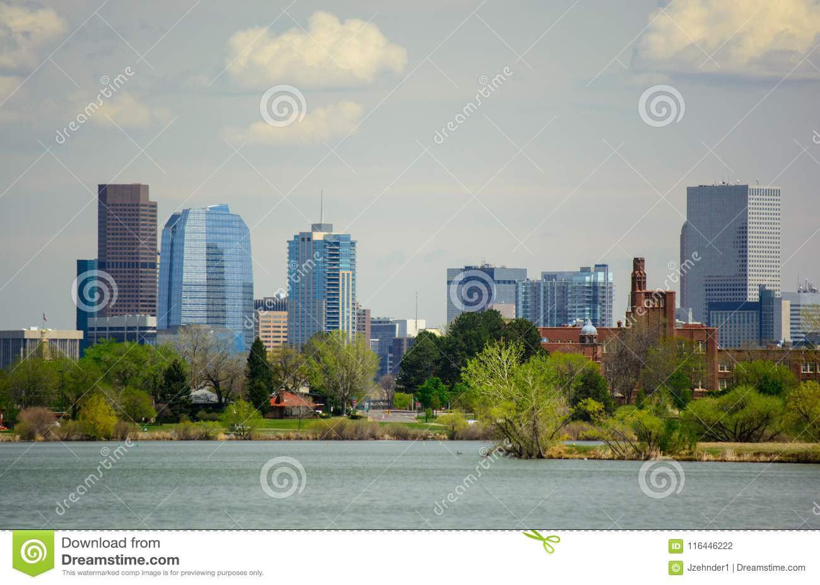 Im Stadtzentrum gelegenes Denver, Colorado von Sloan Lake an einem sonnigen Tag