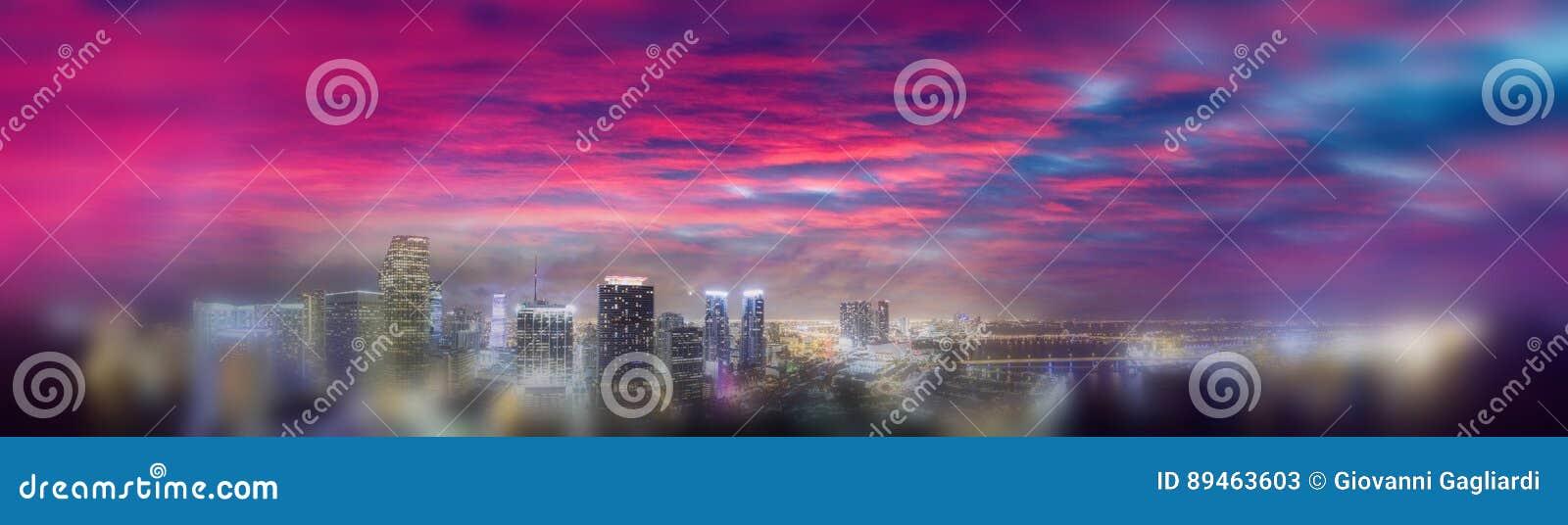Im Stadtzentrum gelegenes Miami bei Sonnenuntergang, Luftpanoramablick