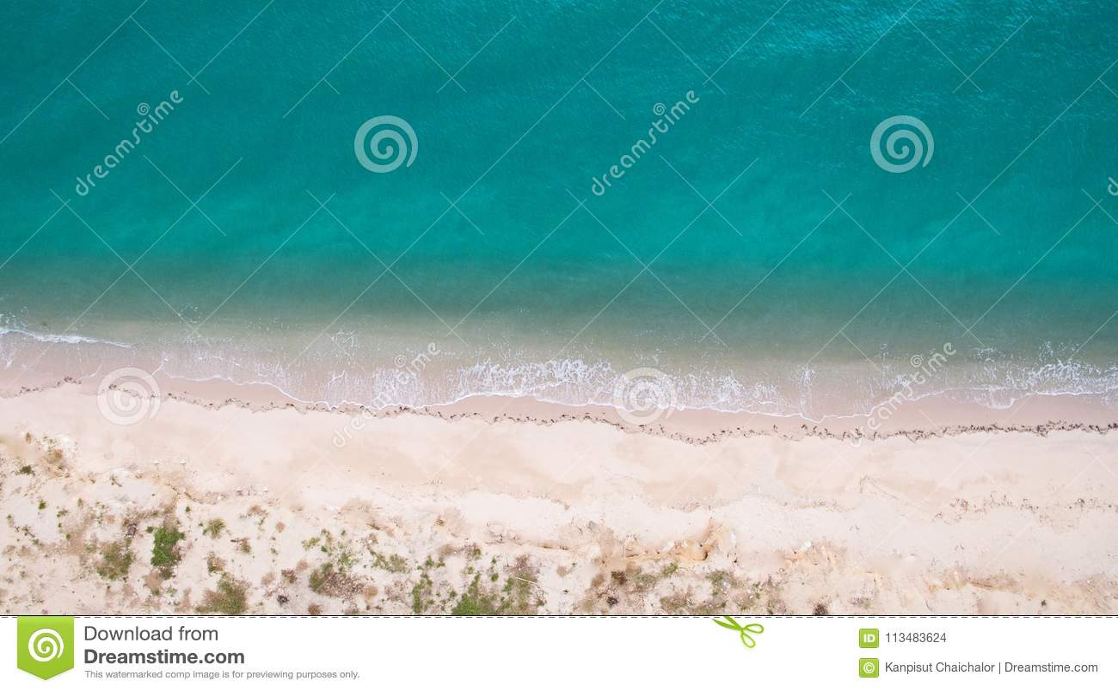 Image aérienne de vue supérieure de bourdon d une belle plage renversante de paysage de mer avec de l eau turquoise