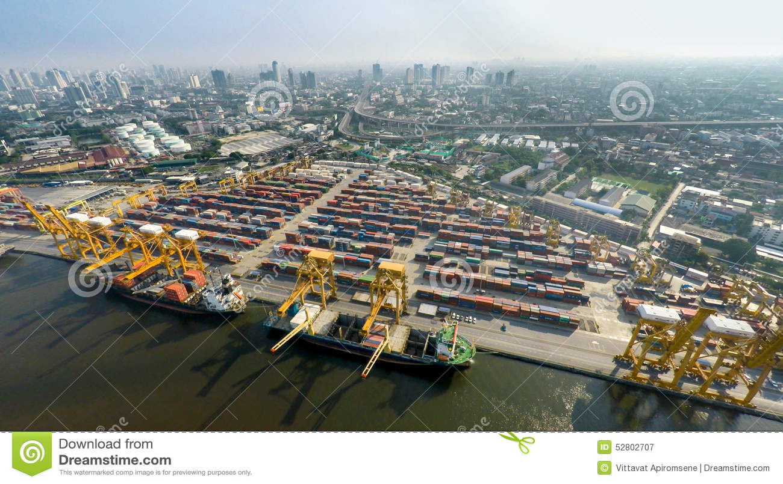 Image aérienne des cargos au port maritime avec la vue de ville