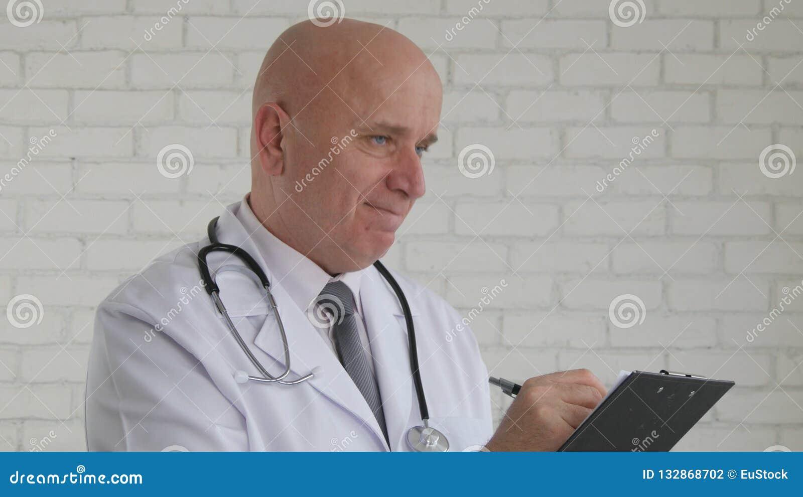 Image avec docteur sûr Writing une prescription médicale