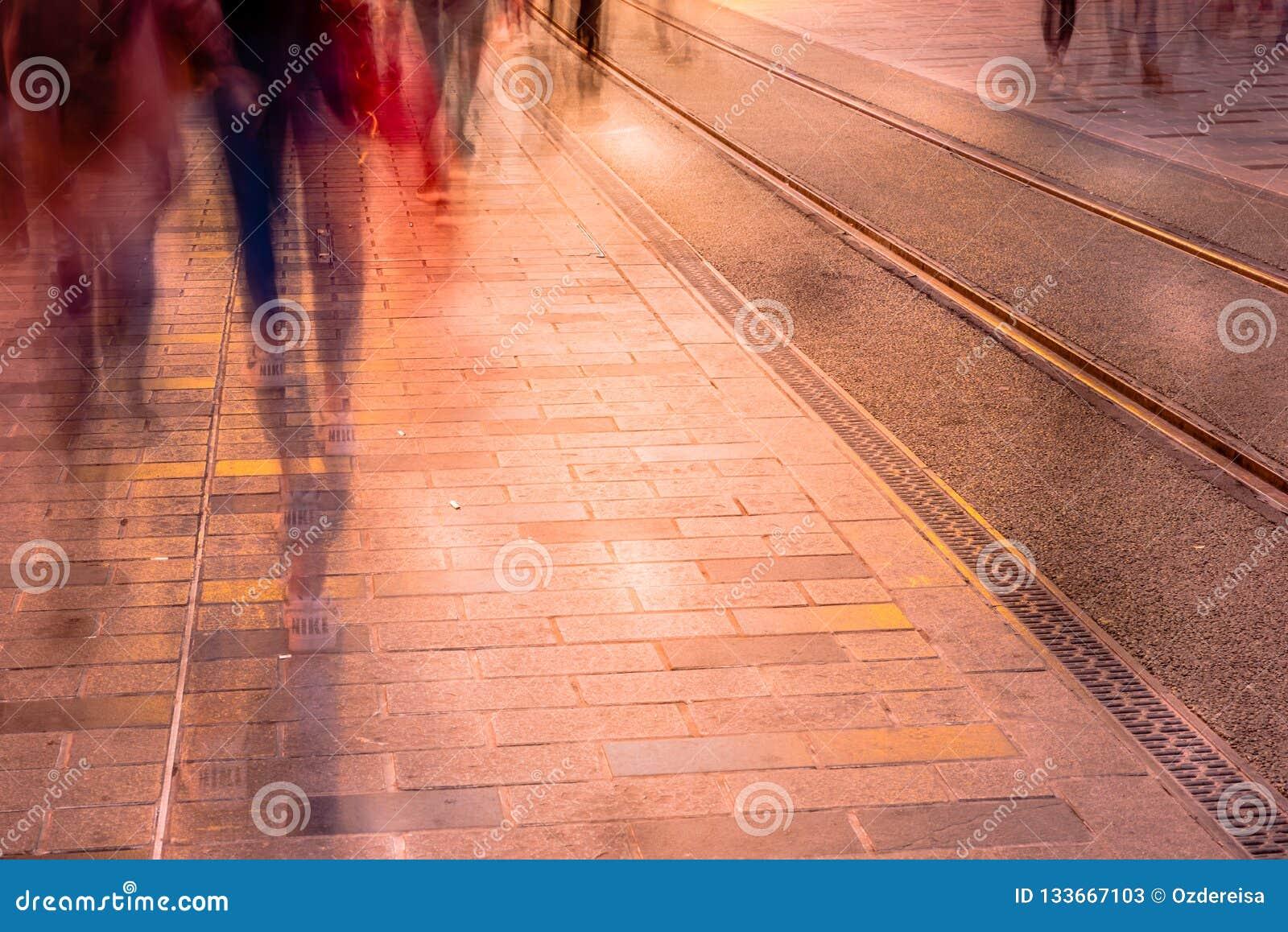 Image brouillée de la marche de personnes de l homme