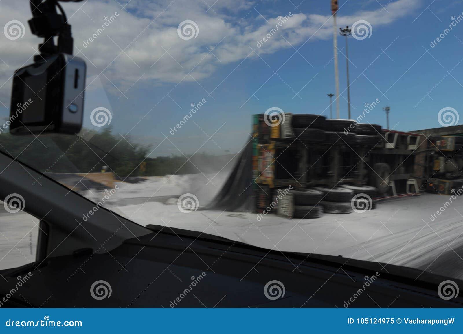 Image brouillée de manière et de police de côté d accidents de glissement de camion