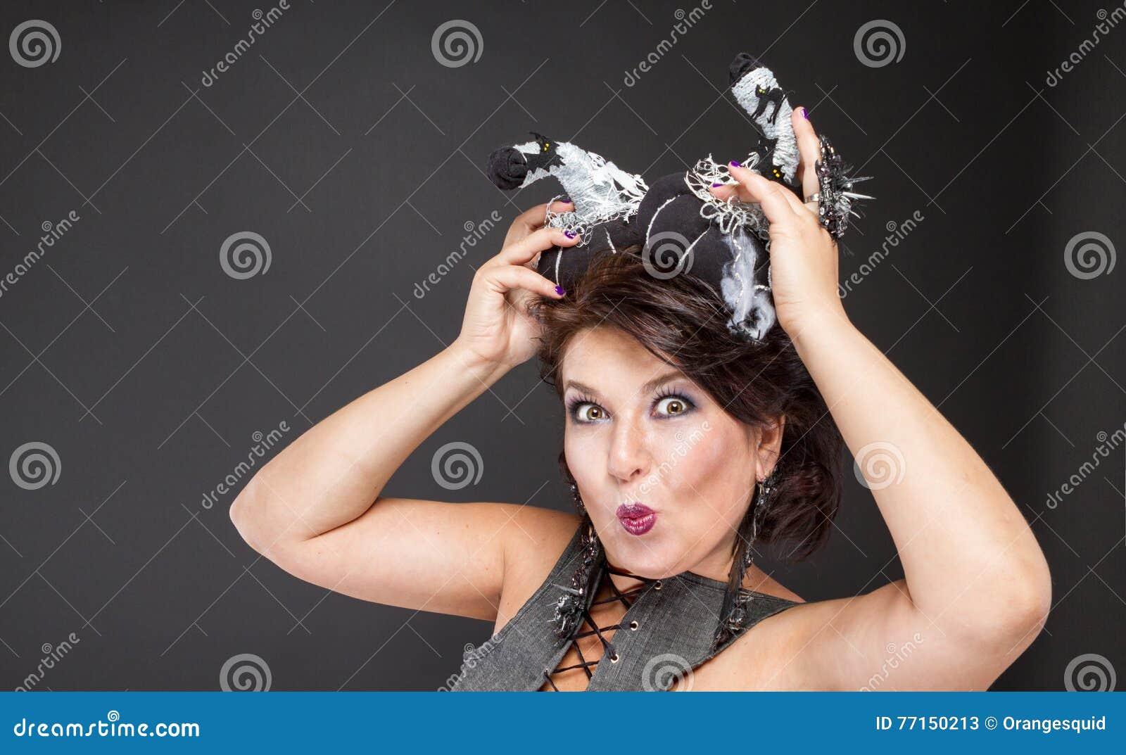 Image charismatique de femme pour Halloween avec des potirons