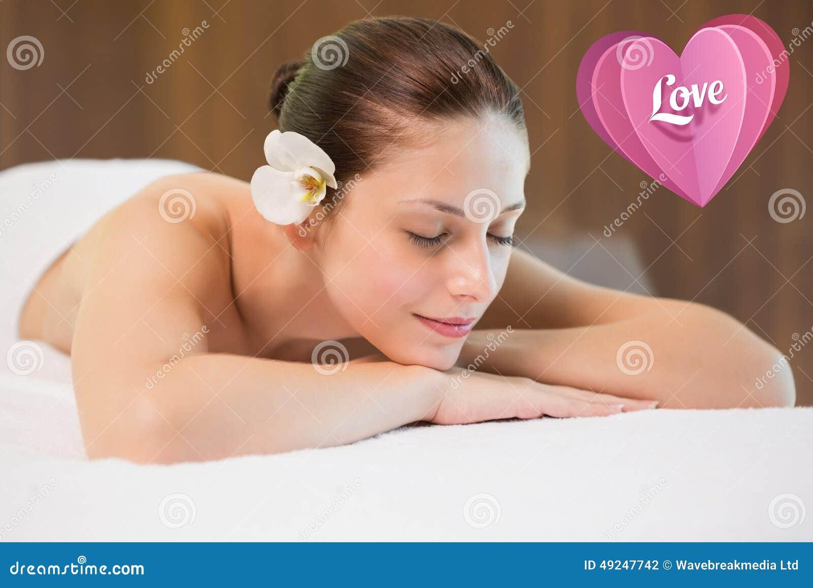 Image composée de belle femme se trouvant sur la table de massage au centre de station thermale