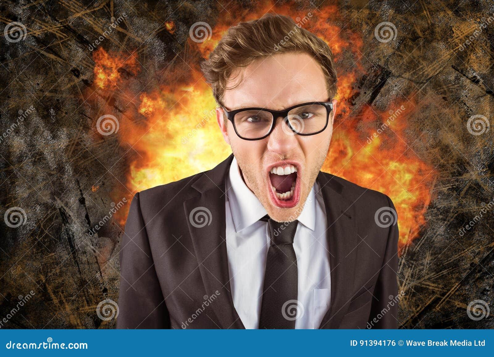 Image composée de Digital d homme d affaires fâché avec le feu à l arrière-plan
