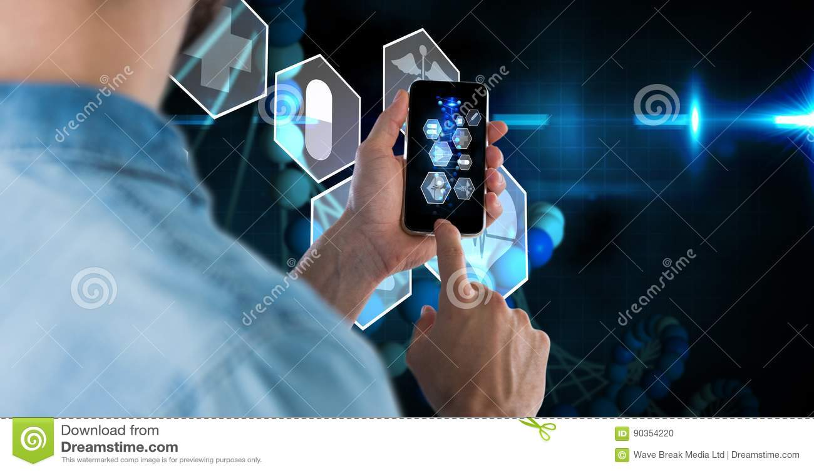 Image composée de Digital d homme d affaires utilisant le téléphone intelligent avec l écran virtuel à l arrière-plan