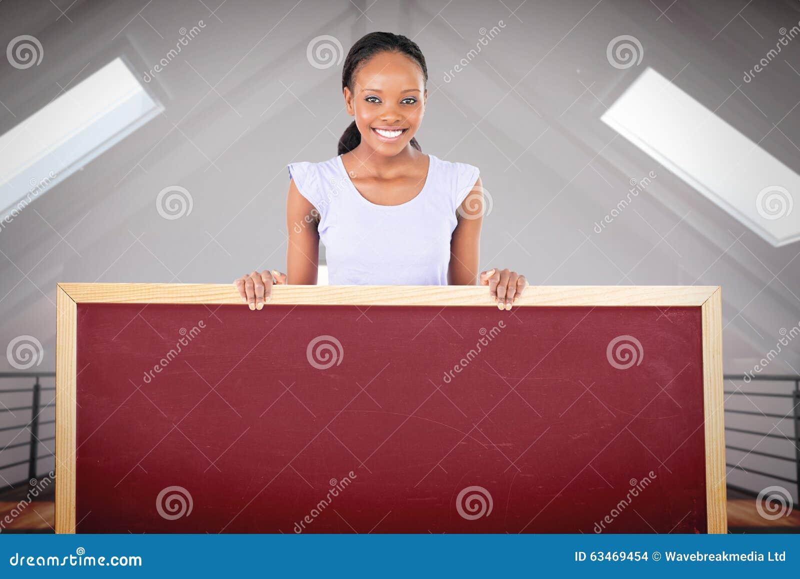 Image composée de femme avec le texte d attente dans des ses mains sur le fond blanc