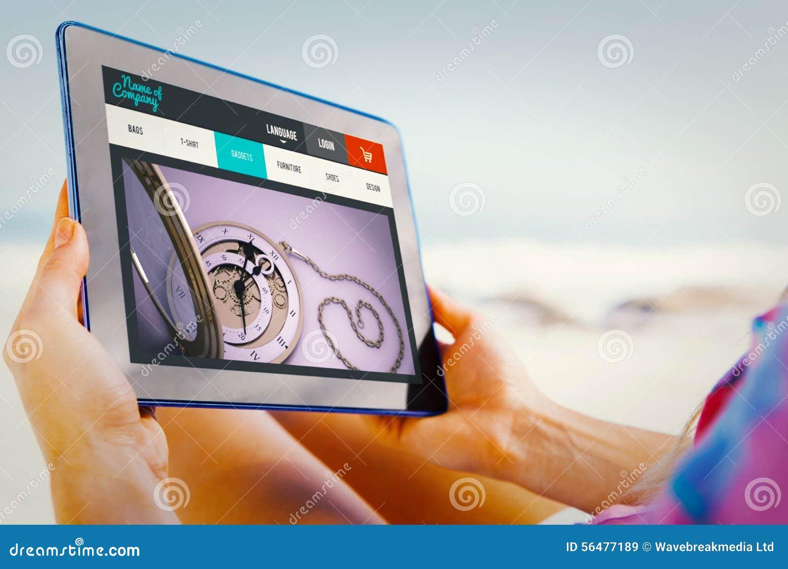 Image composée de femme se reposant sur la plage dans la chaise de plate-forme utilisant le PC de comprimé