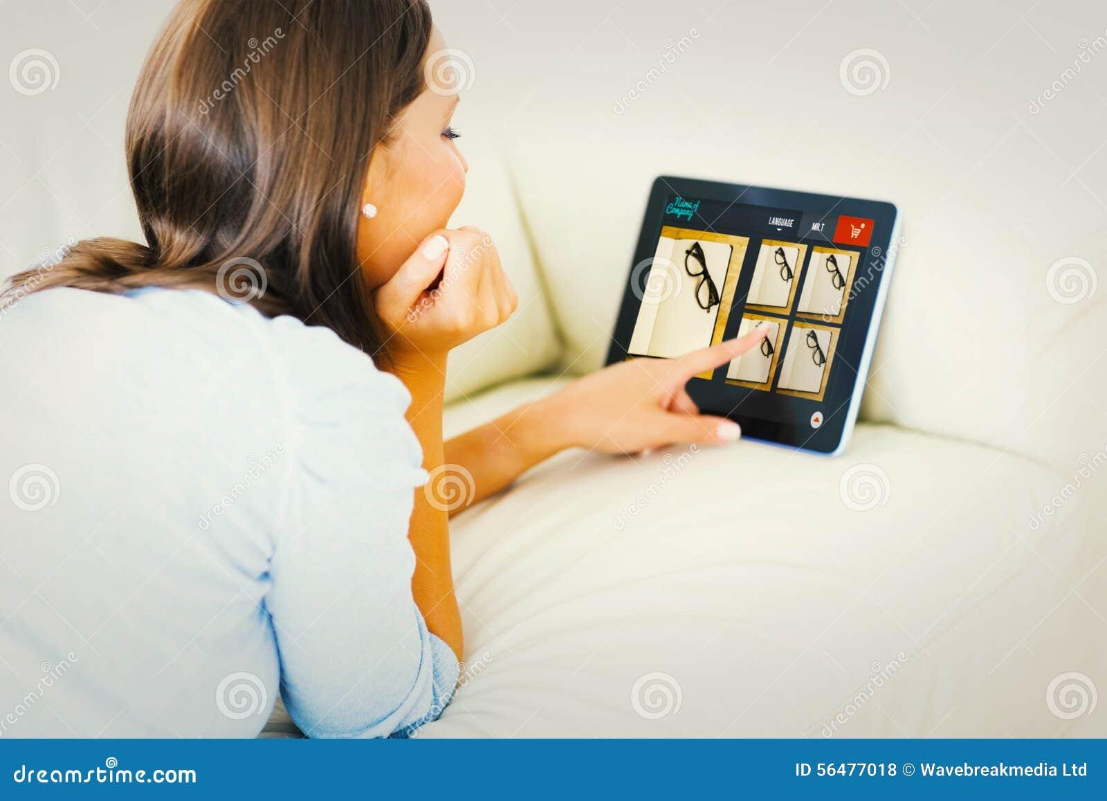 Image composée de femme touchant son comprimé numérique