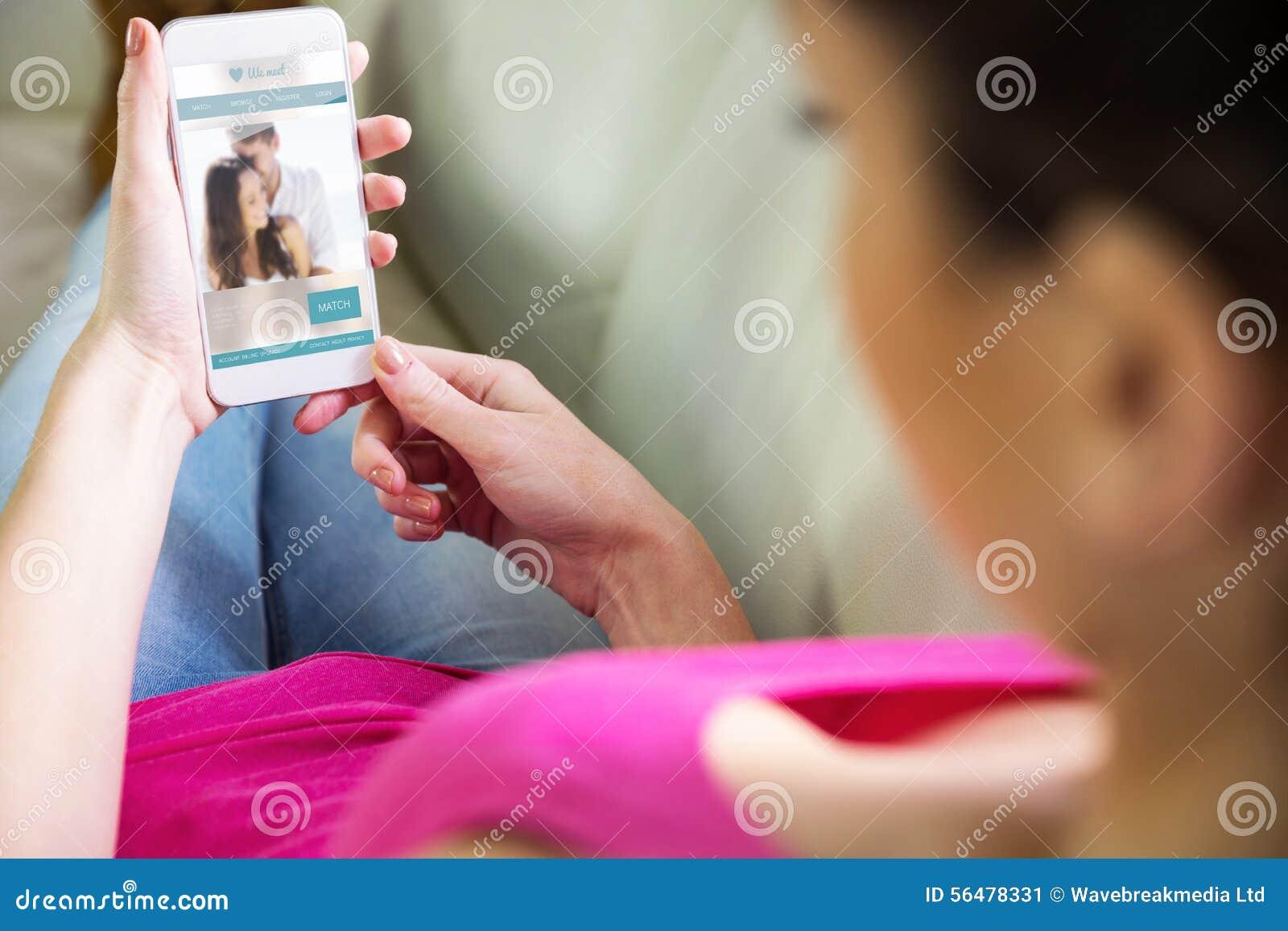 Image composée de la femme à l aide de son smartphone