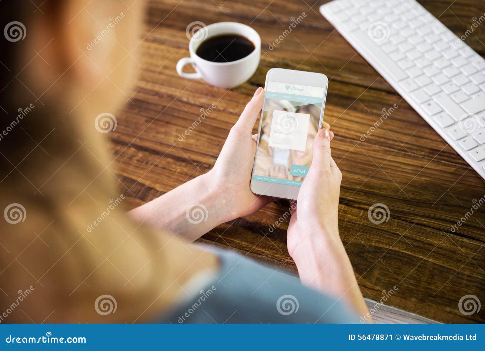 Image composée de la femme à l aide du smartphone