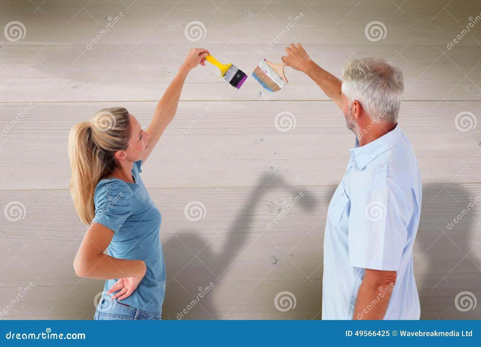 Peindre Un Mur Au Pinceau | Image Composee De Mur Heureux De Peinture De Couples Avec Des