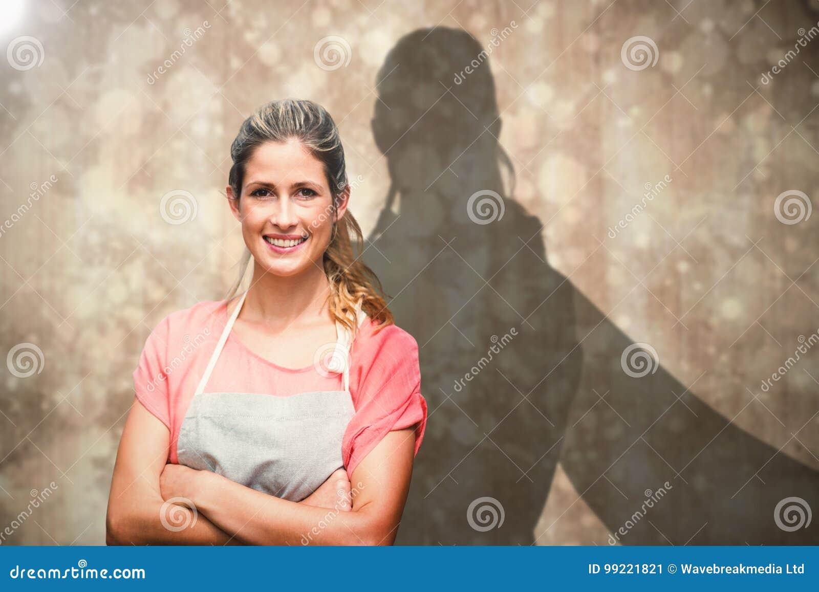 Image composée de portrait de jeune femme de sourire avec des bras croisés