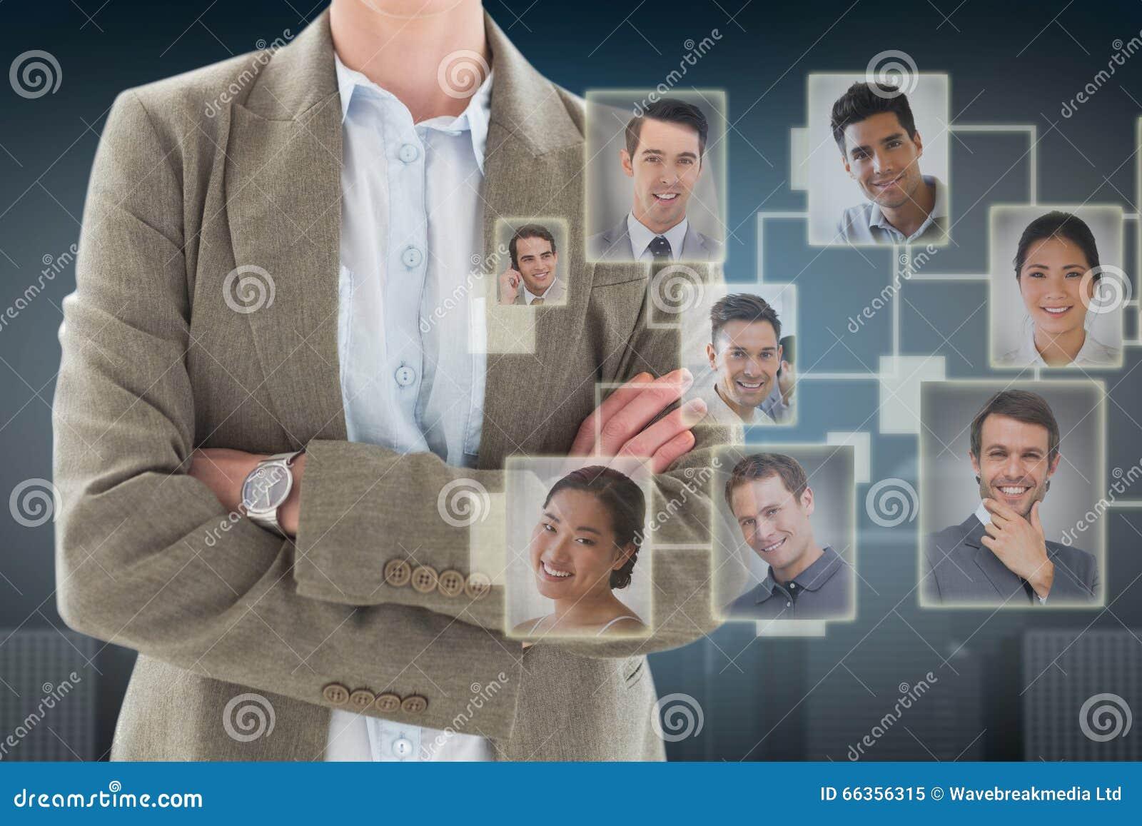 Image composée des bras debout de femme d affaires heureuse croisés