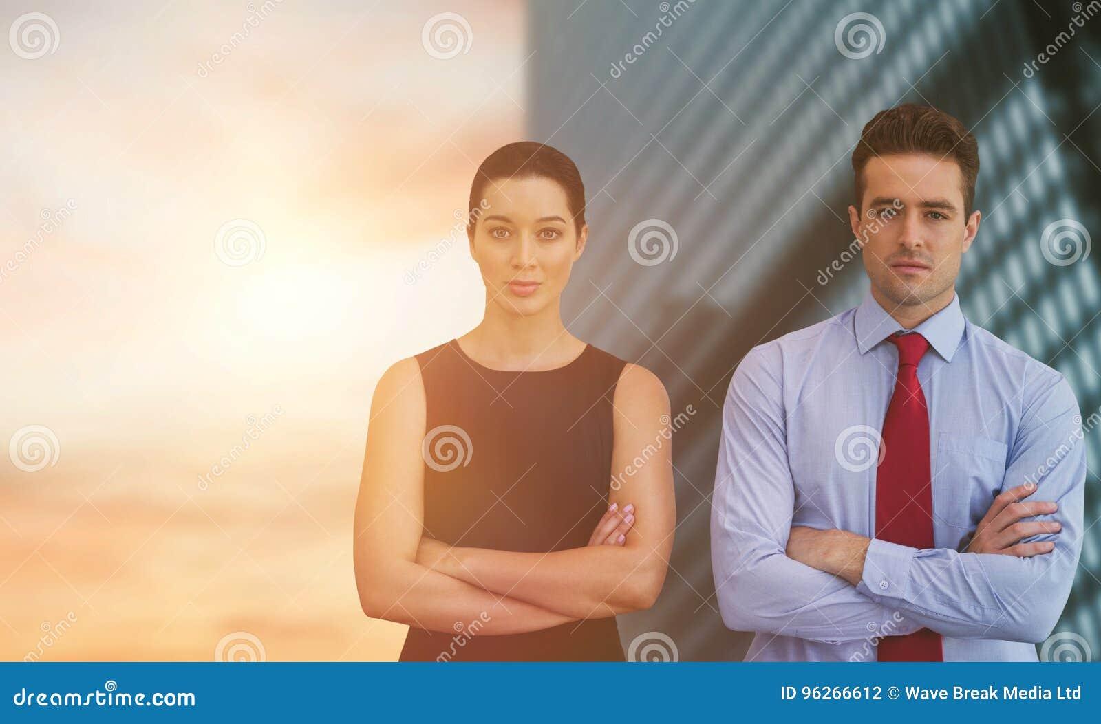 Image composée des collègues d affaires posant avec les bras croisés